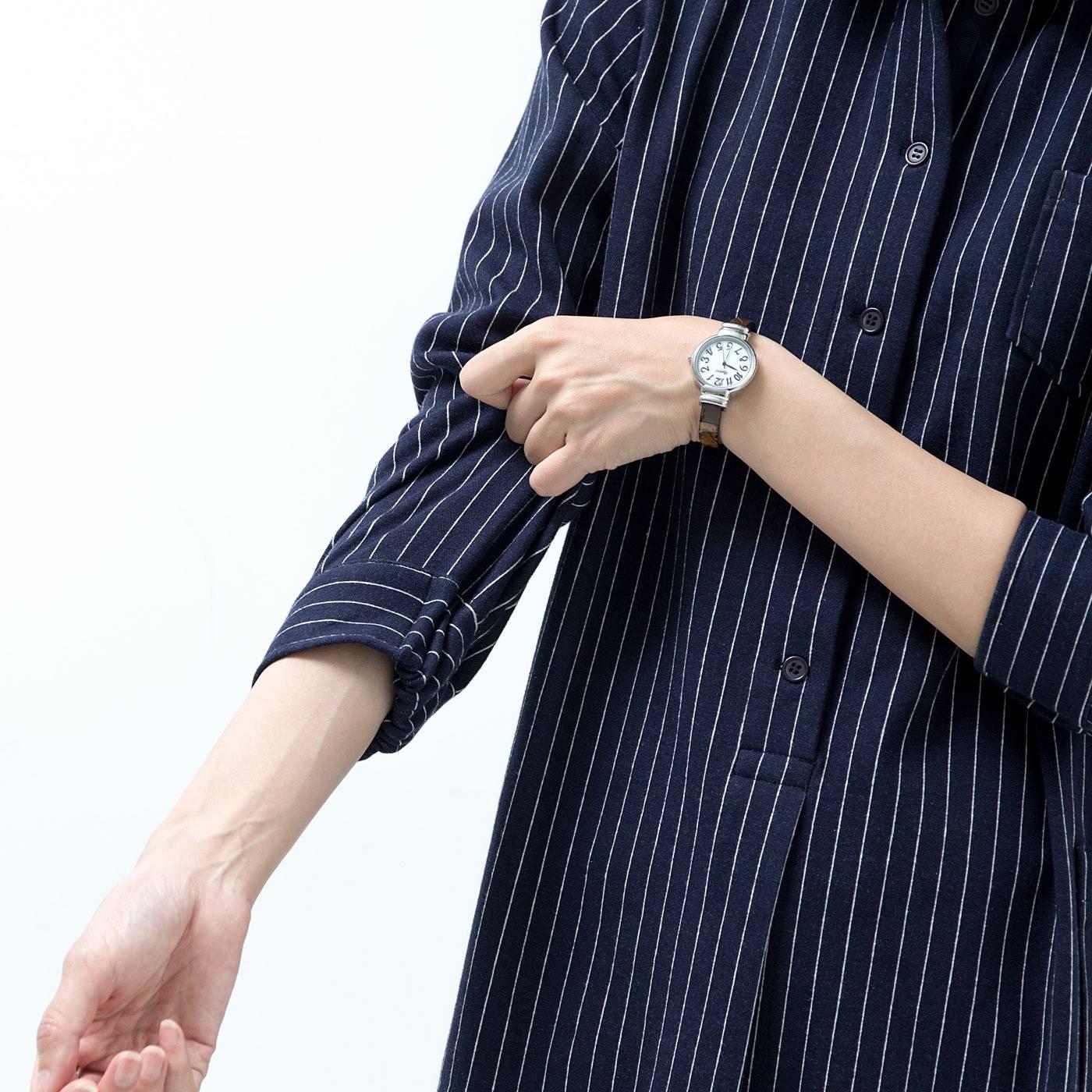 袖口はゴム仕様で隙間風が入りにくい仕組み。家事をするときの袖上げにも便利。