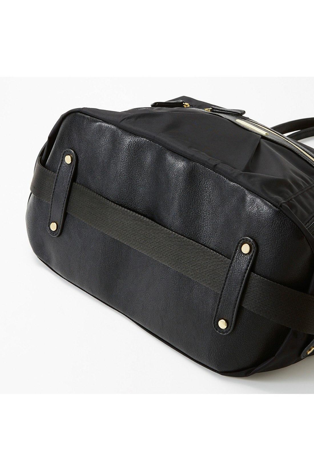 外した斜め掛け用の肩ベルトは底のループに通して、スマートに収納OK。