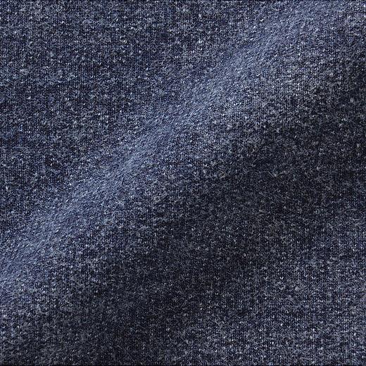 デニムライクのやわらかなカットソー素材。のびやかなので、動きやすくてストレスフリー。