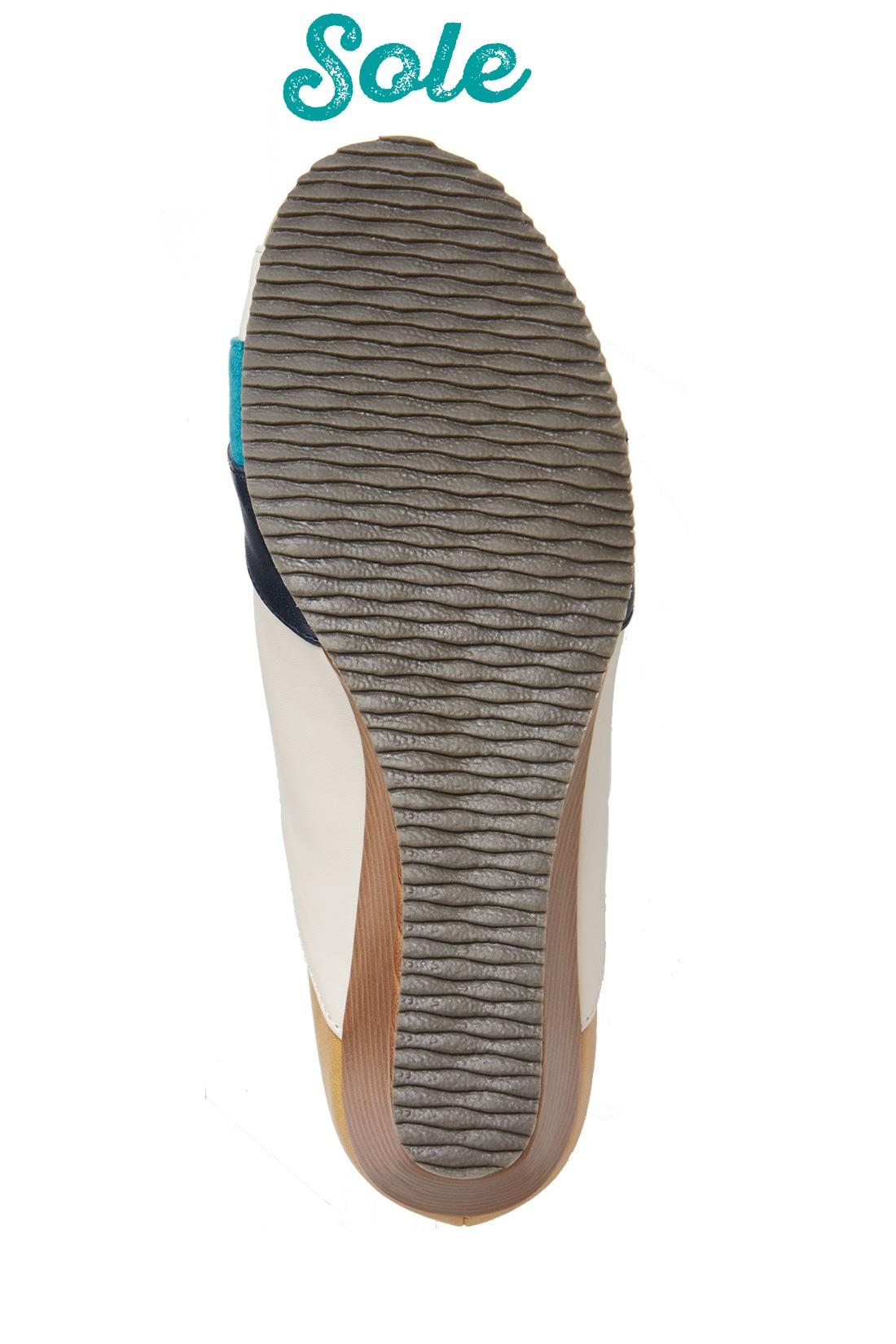 太幅のゴム底は不規則な波型の形状で滑りにくく、スニーカー級の安定感。