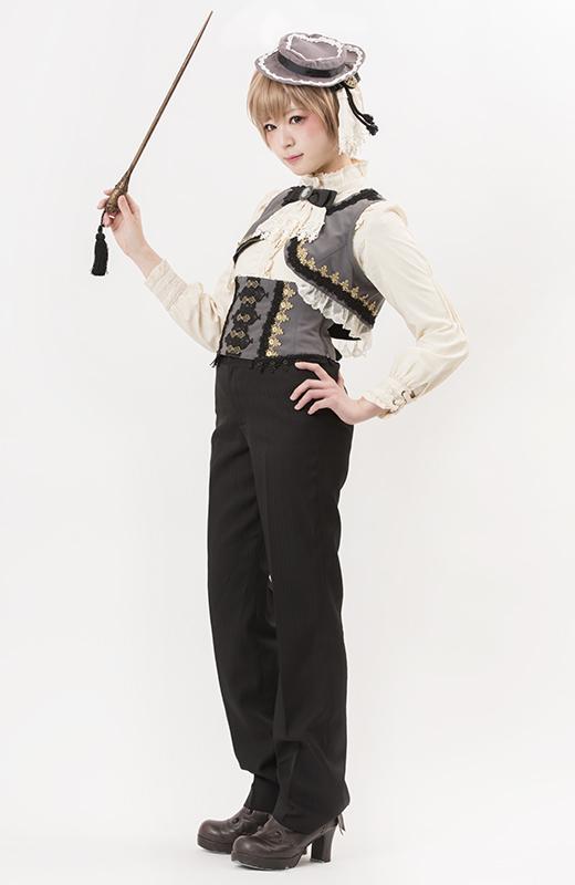 パンツと合わせてマニッシュな印象にスタイリングするのもオススメです。