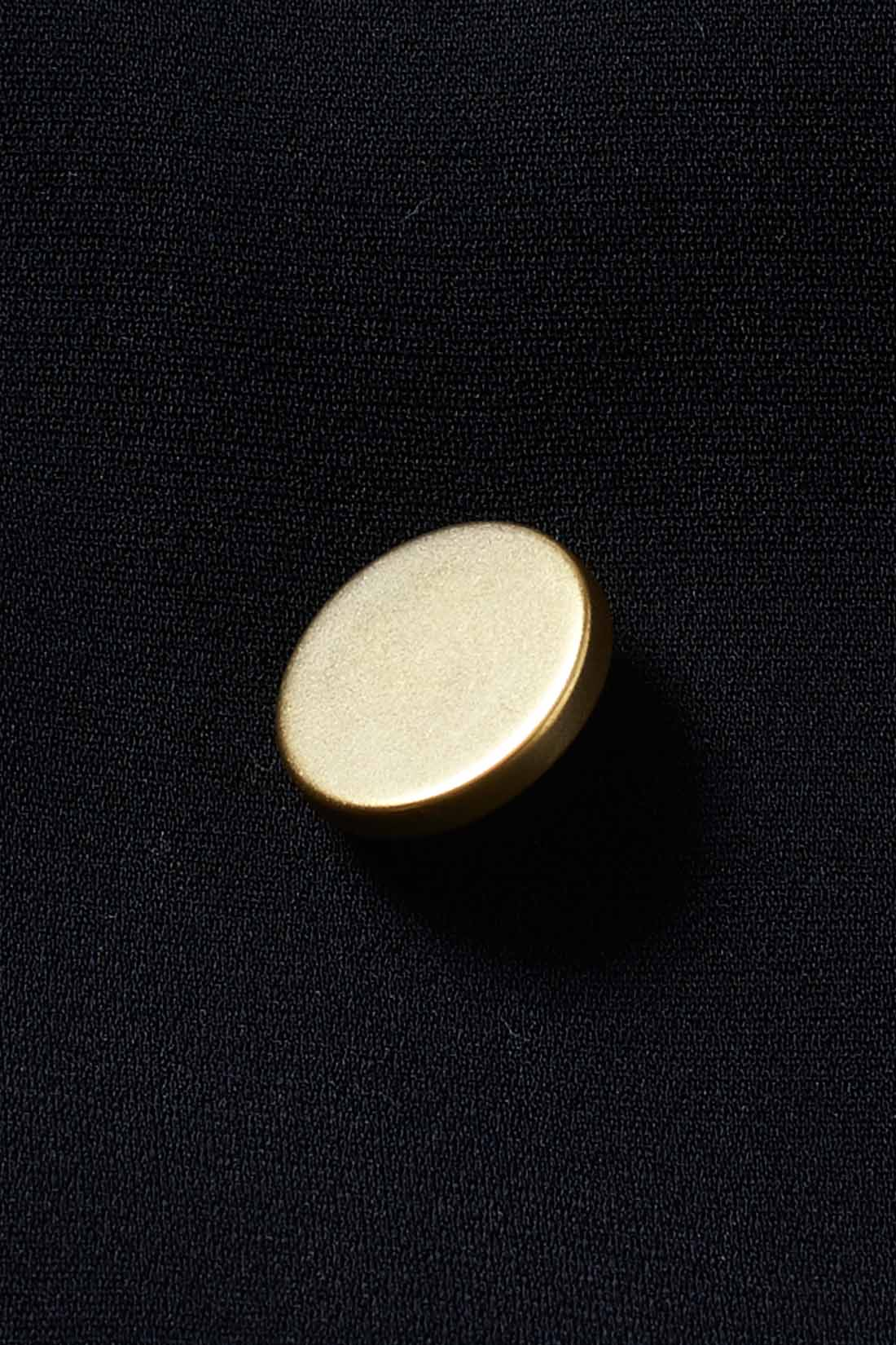 ツヤ消しゴールドのボタンが、ほどよく華やぎをプラス。