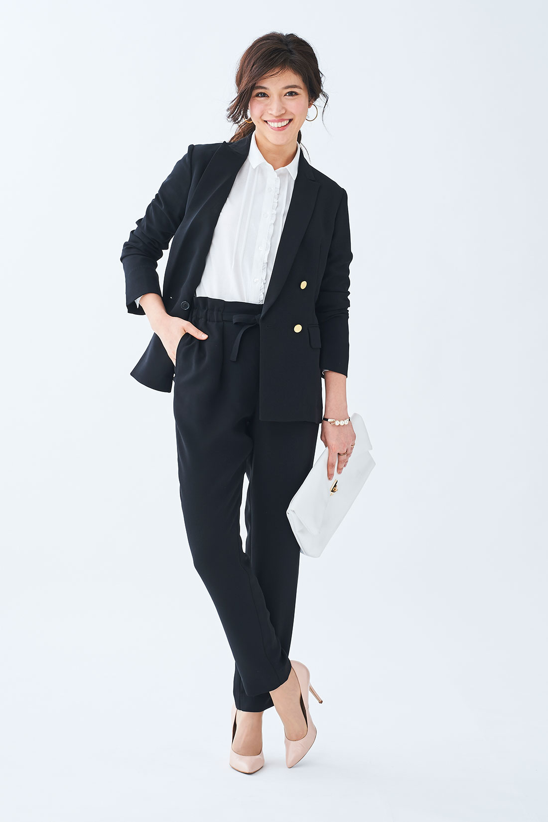 同素材のジャケットと合わせて、モードなスーツスタイルに。