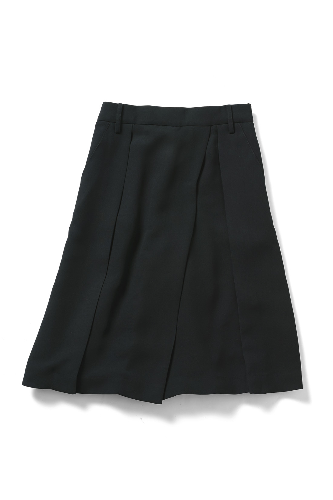 アシメトリーのラップスカート風タックが旬顔。フロントウエストはベルト仕様でウエストインもすっきりきれい。