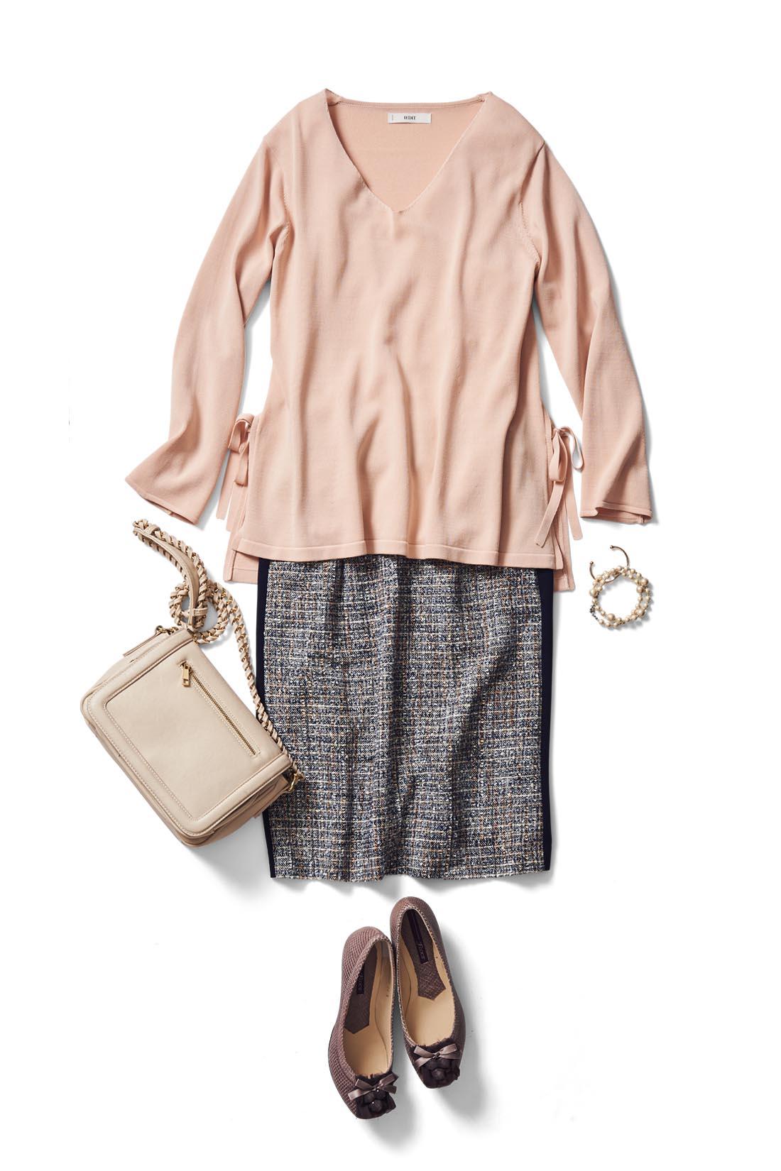 ツイードスカートを合わせて、上品&フェミニンな着こなしに。