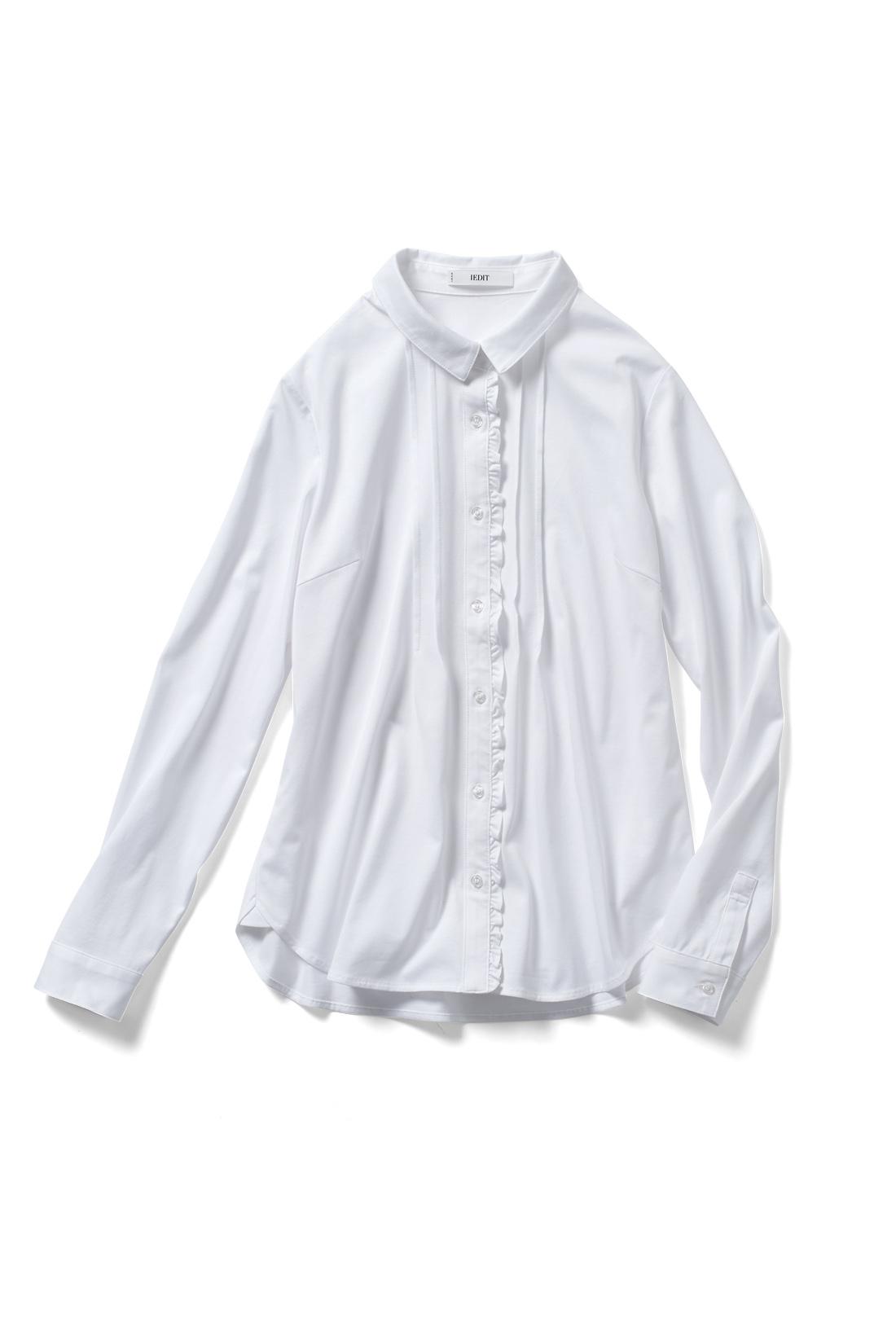 1枚でも重ね着でも使える白シャツは、持っておくと便利。