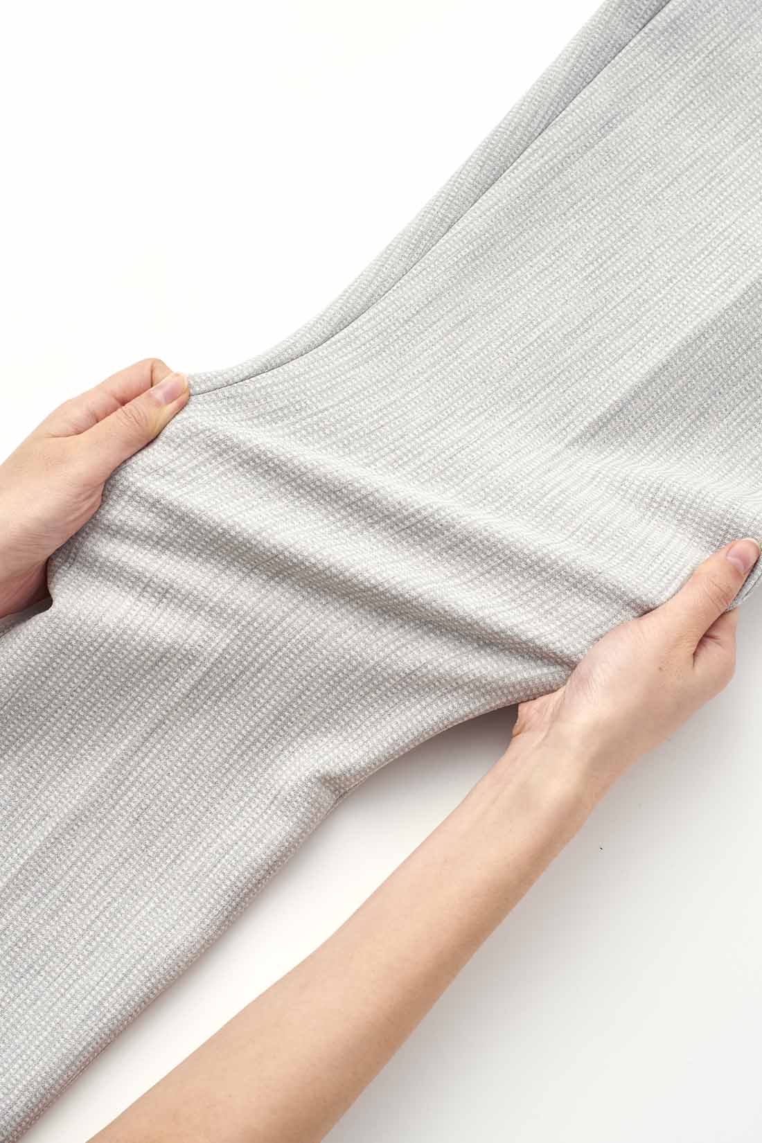 縦横にしっかり伸びる、ストレッチの効いた快適なはき心地。肉感をひろわない、ほどよい厚みもポイント。