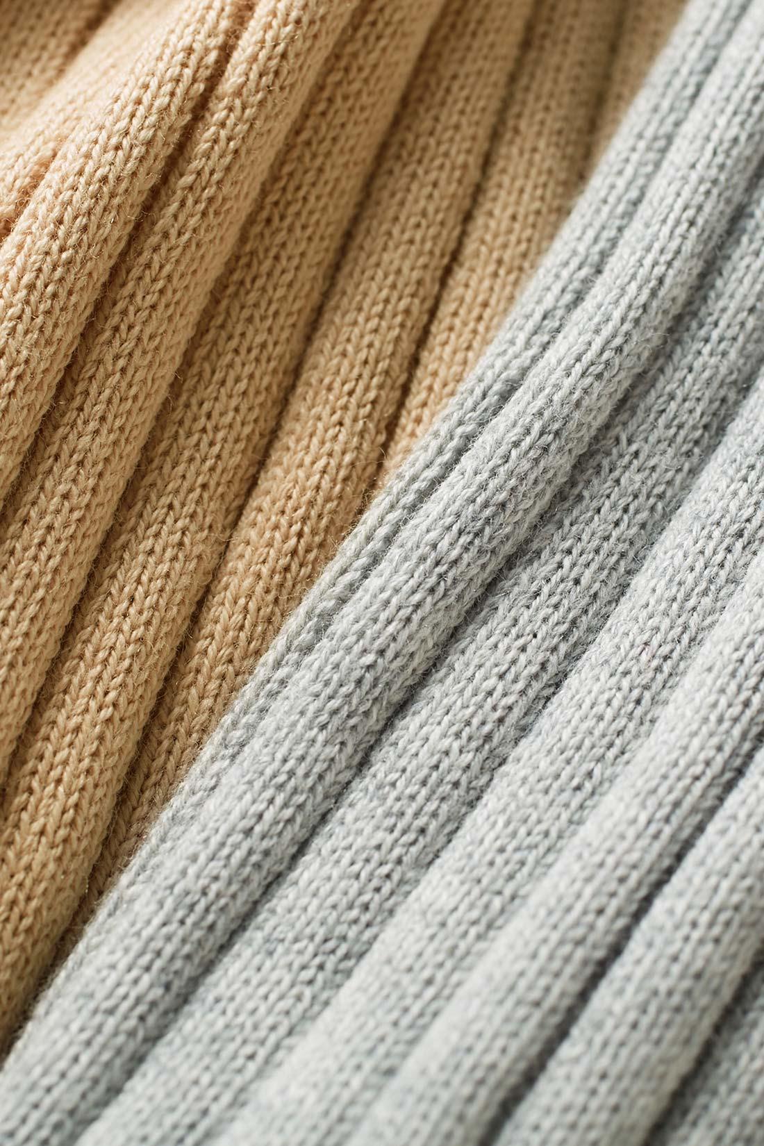 シルク15%のぜいたく素材。Tシャツ感覚で気持ちよく素肌にまとえるシルク混コットン。からだのラインを拾いすぎないワイドな縦リブで着こなしやすいのも魅力。