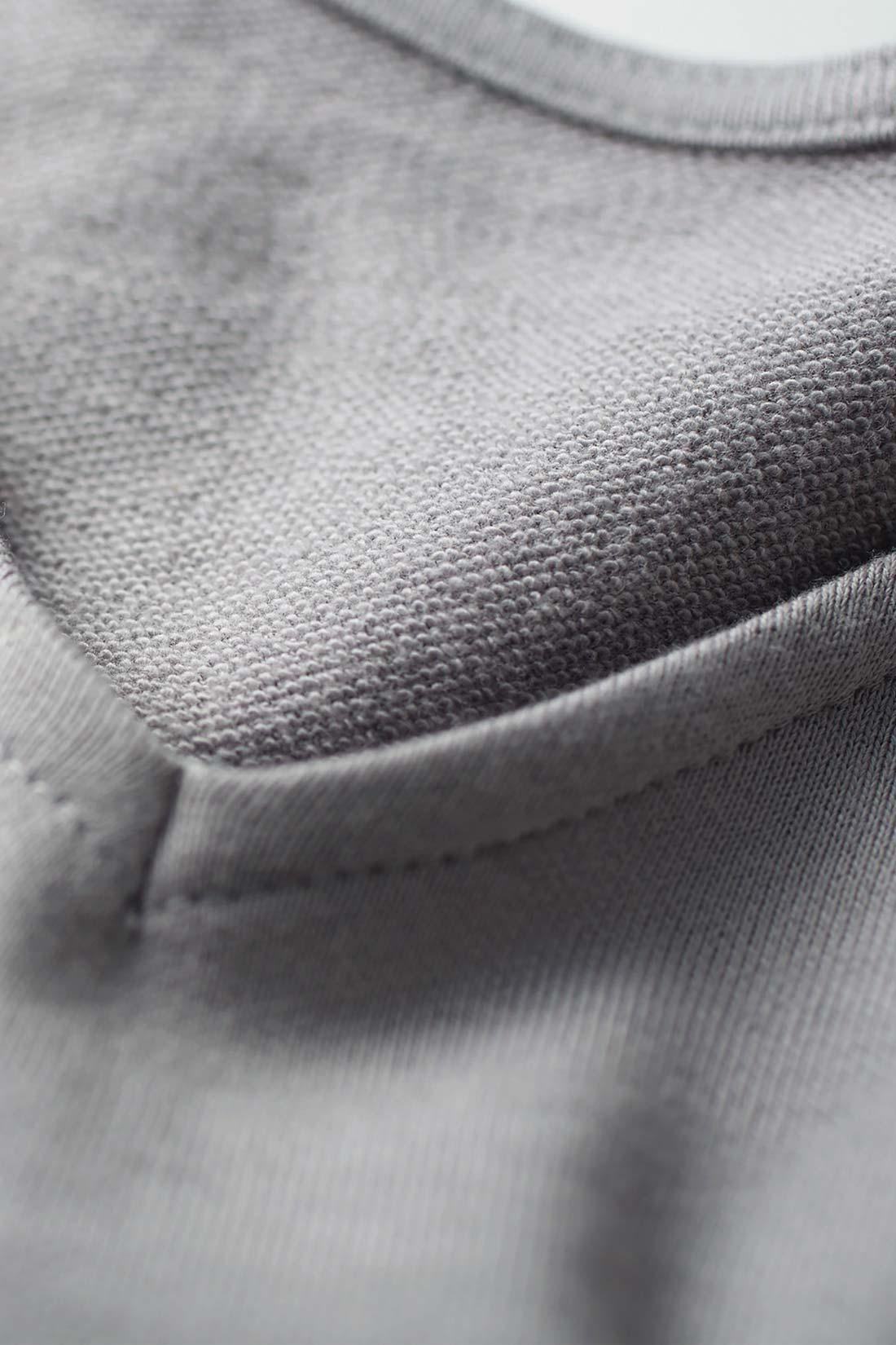 綿100%のスウェット素材で、おうち洗いOK。ミニ裏毛の軽やかな肌心地が春にうれしい。
