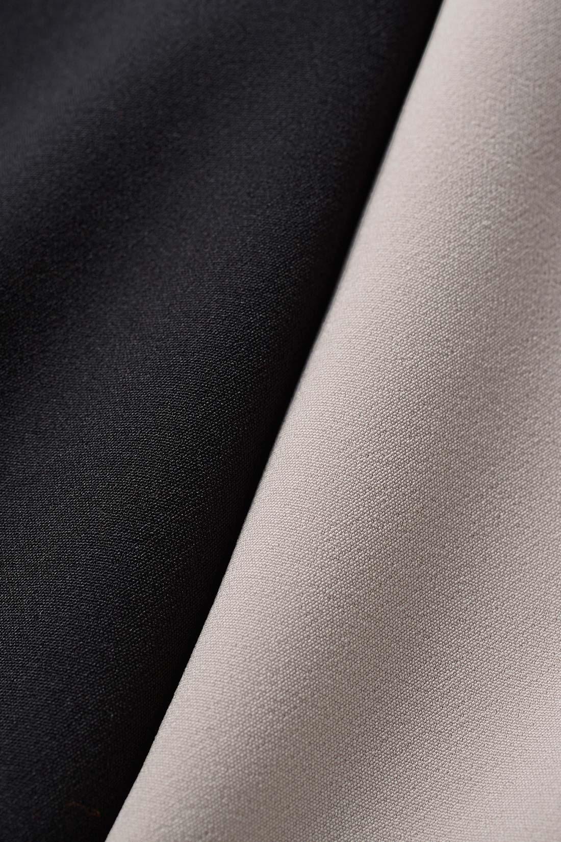 美しいドレープを表現する、ほどよい厚みのある素材。しわになりにくく、お手入れが簡単です。ストレッチ性もあり、しゃがむときもスムーズ。