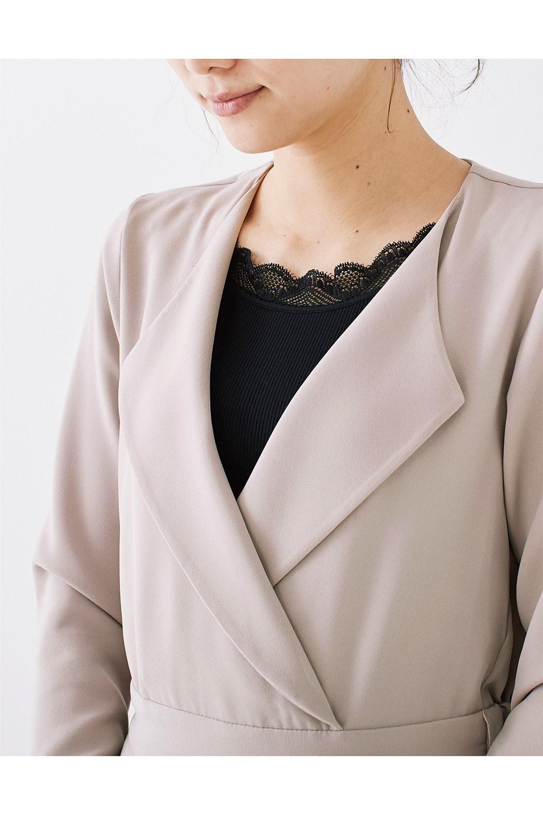 一枚で着られるよう、胸もとに当て布をプラス。スナップ仕様のため取り外しもでき、レースインナーやビジュー付きインナーを着ても素敵です。※お届けするカラーとは異なります。