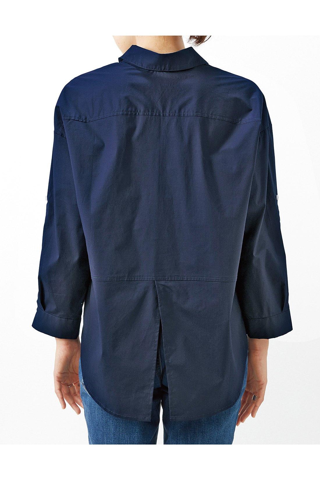 ゆるっとした背中のシルエットとすそのスリットで、後ろ姿も様になります。※お届けするカラーとは異なります。