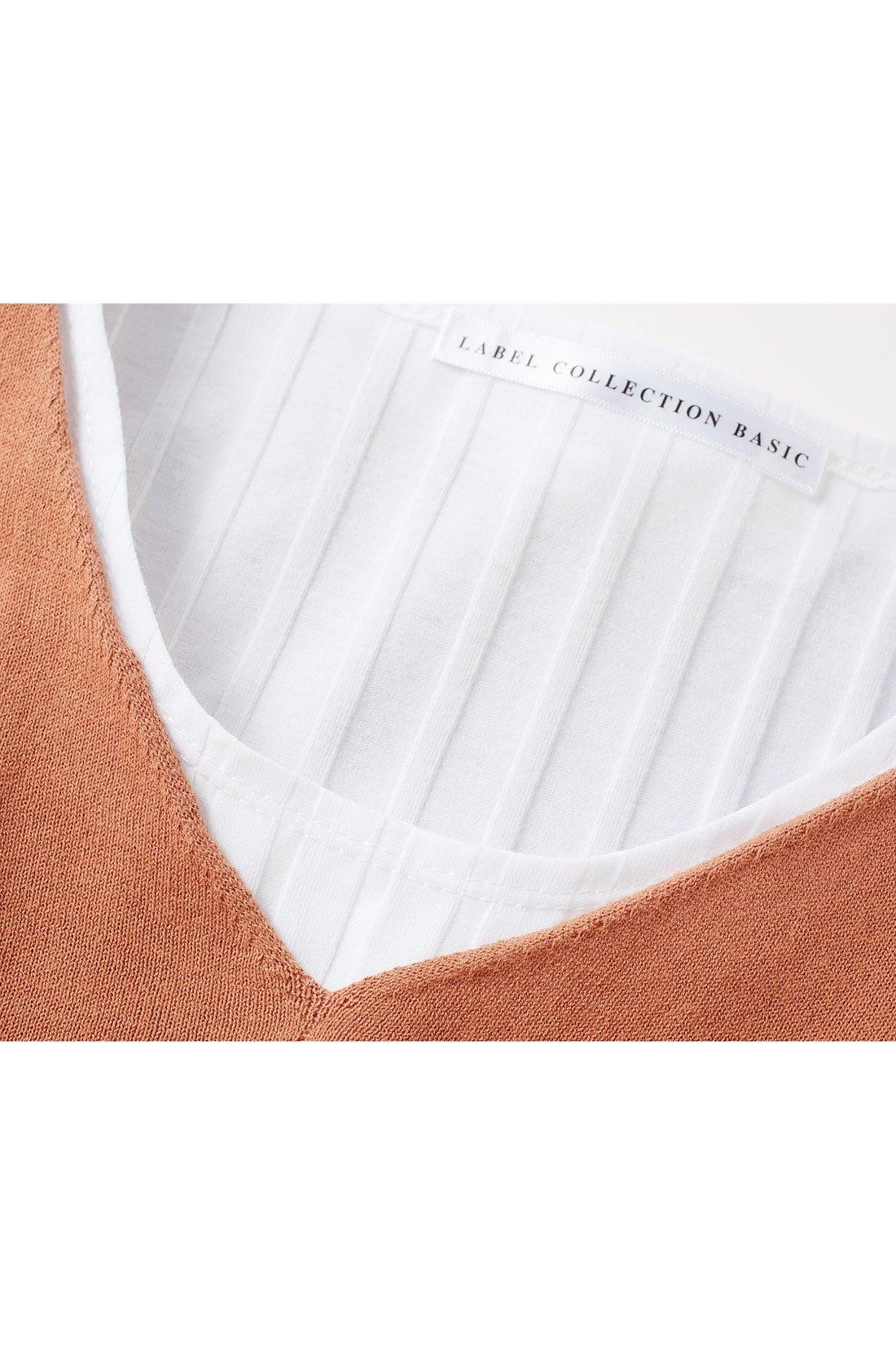 ニットの衿ぐりはフラットに仕上げてすっきりきれいめに。※お届けするカラーとは異なります。