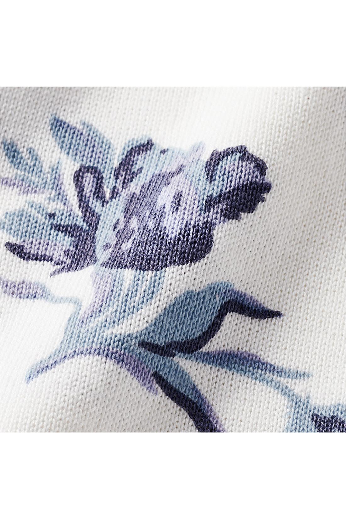 きれいな表面感のハイゲージニットは、さらりとした綿混素材で着心地も軽やか。