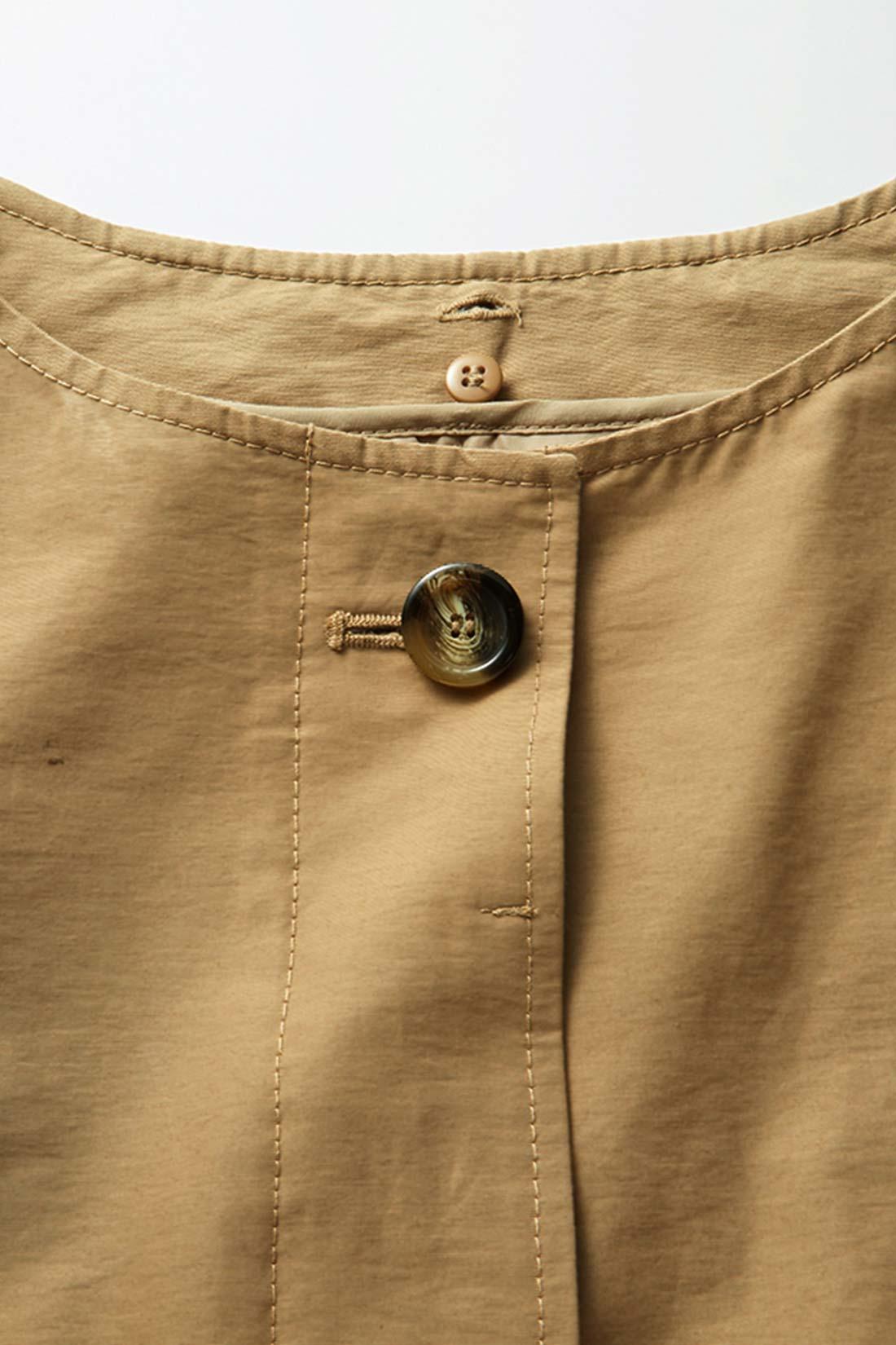張りのあるドライタッチなグログラン素材。あめ色のボタンがほどよいアクセントに。