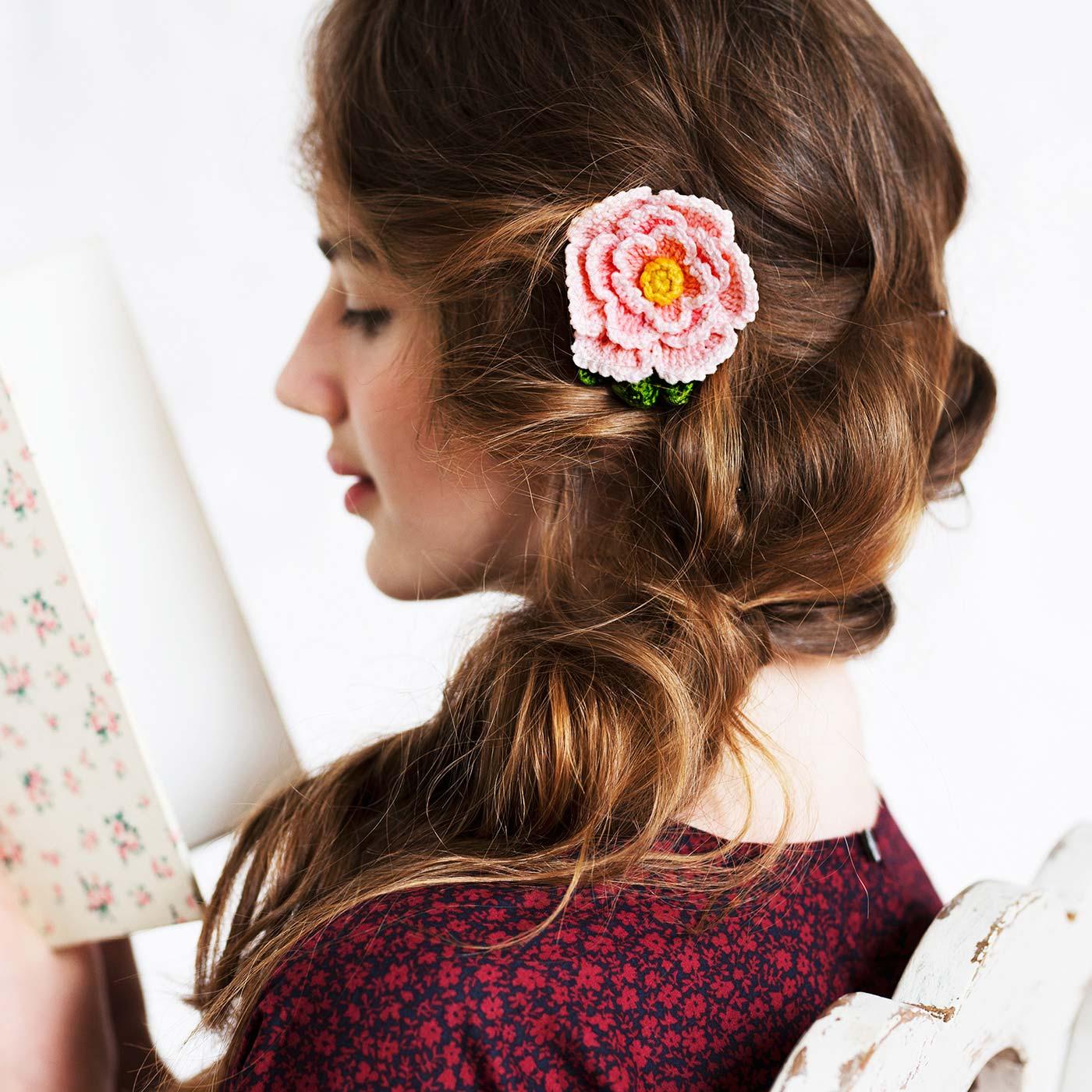 帽子や胸もとをお花ブローチで飾って乙女な表情に。