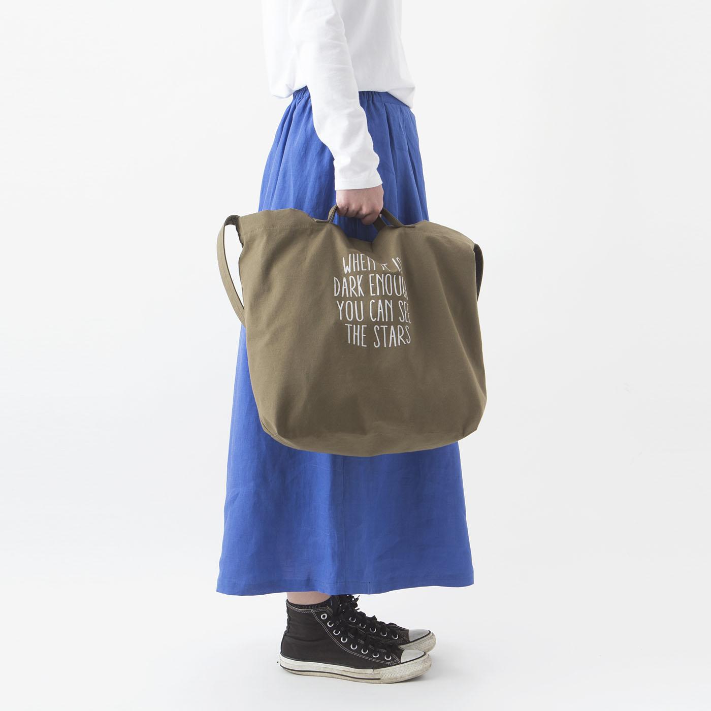 ハンドバッグにもなる持ち手付き。中身を取り出すときも便利。