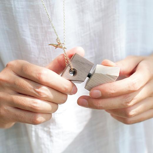 木をまわすと「キュキュ♪」。まるで鳥の鳴き声のような音が。ネックレス付きなので、アクセサリーとしてふだん遣いして楽しんで。