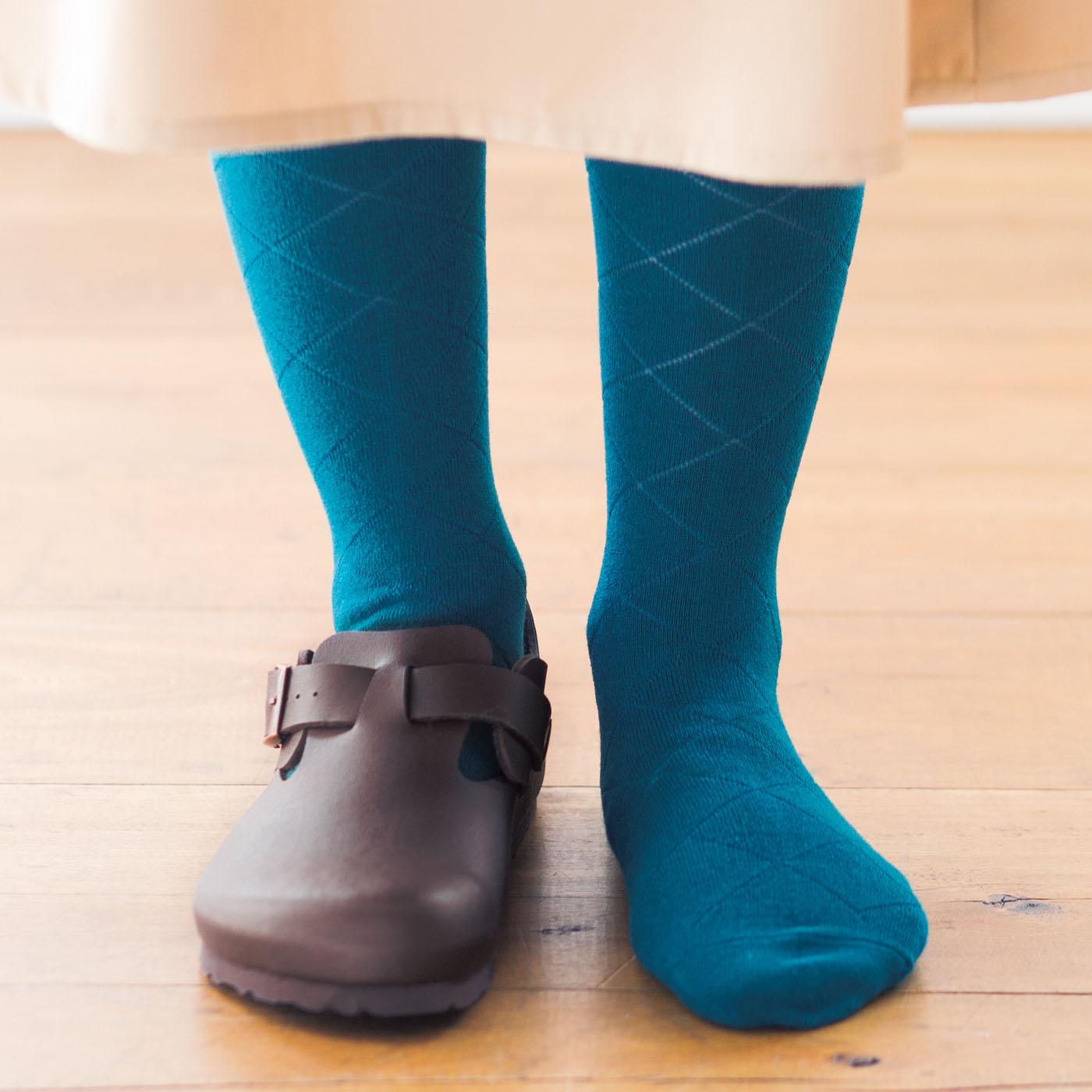 スリッポンやブーツの足先もぬくぬく。はきやすいからタイツとの重ねばきも◎。