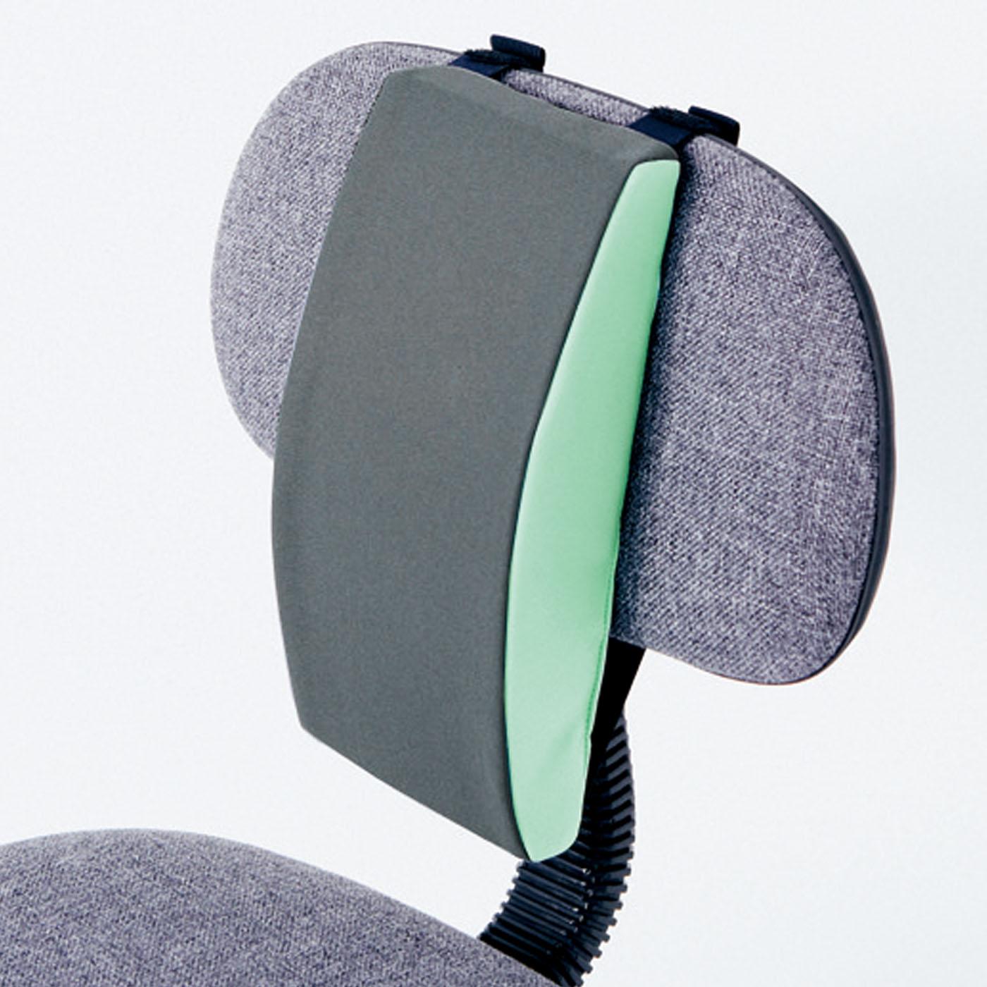 伸びる平ゴムと面ファスナーで、いすの背もたれに簡単装着。