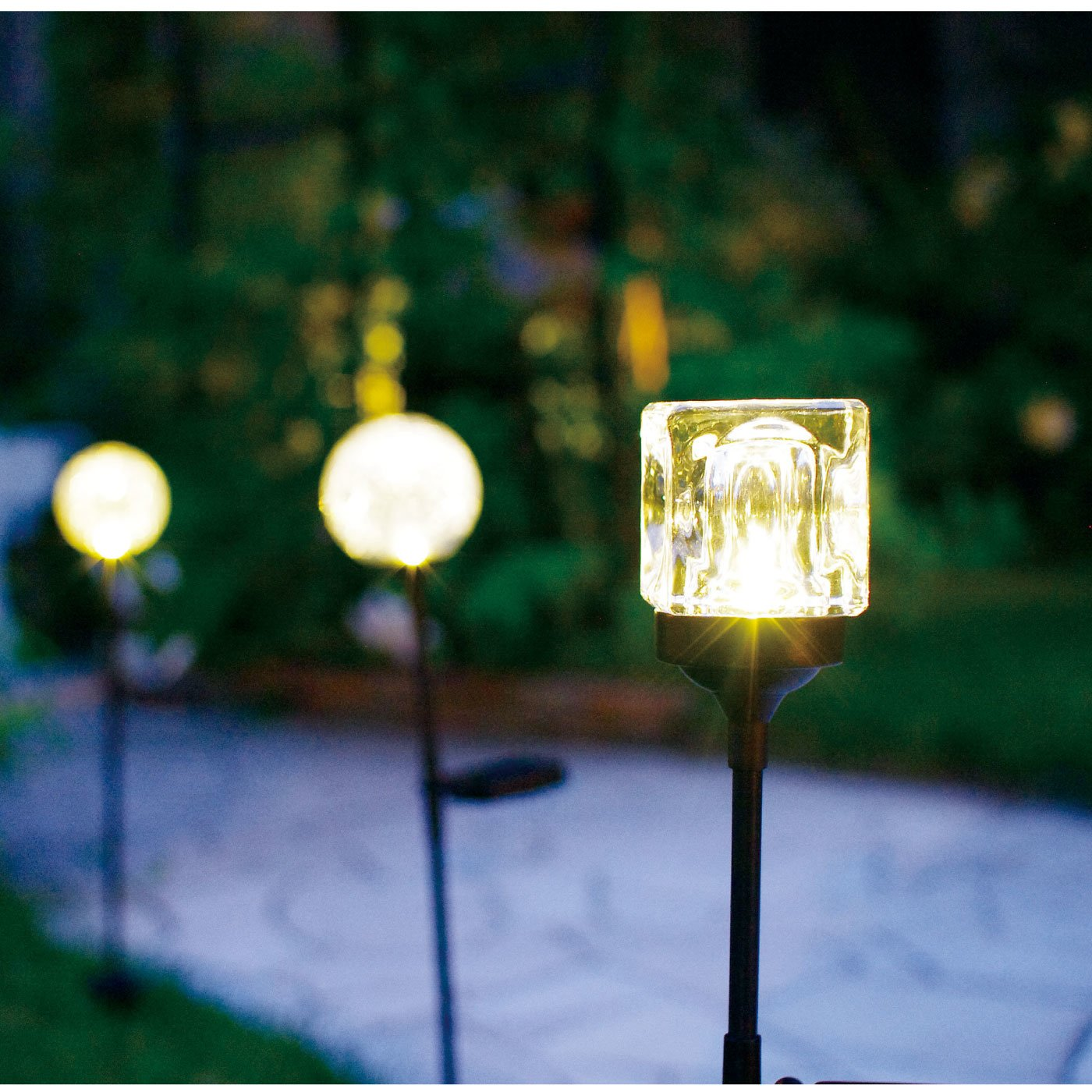ソーラー充電で庭園風の演出がかなう キューブガーデンライト