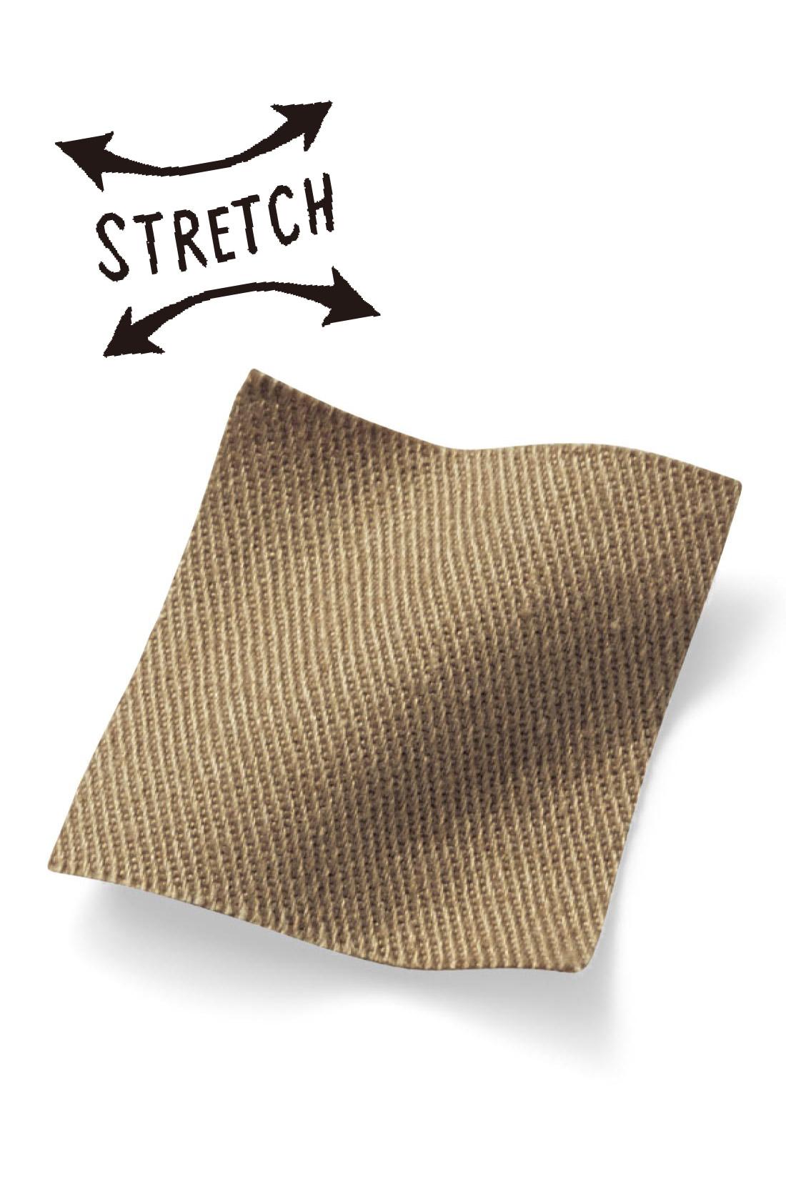 伸びやかなストレッチツイル素材。座ったりしゃがんだり、たくさん動く日も快適です。