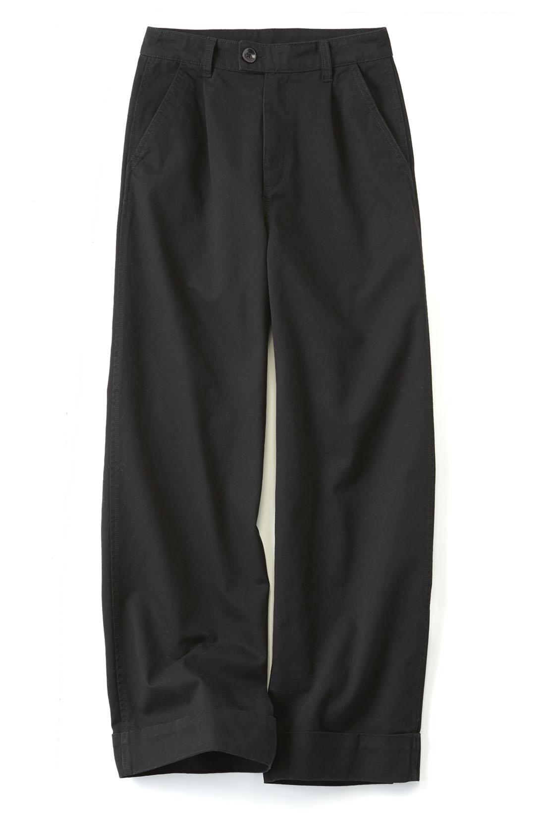 シックにあか抜ける〈ブラック〉 太め幅のダブルのすそでほどよくきちんと。縫い付けてあるからバランスに悩みません。