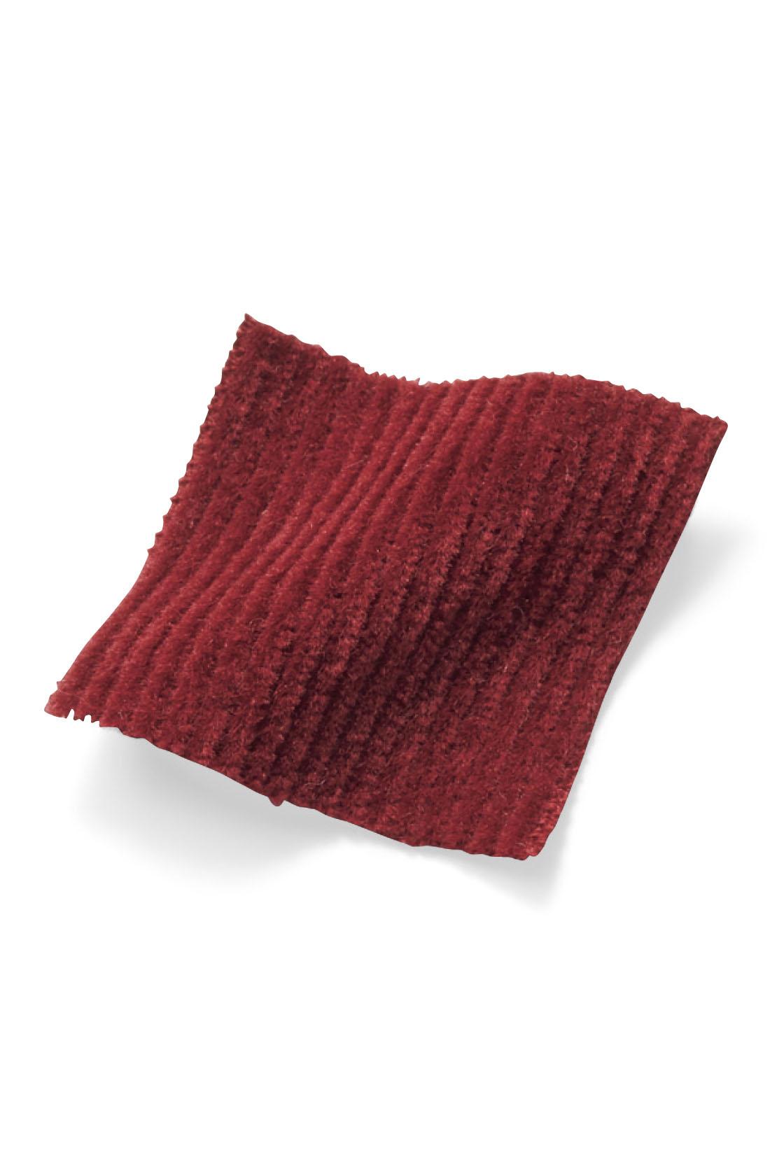 分厚すぎない細うねコーデュロイが軽やかではきやすく、気軽に秋気分を味わいたいときにぴったり。