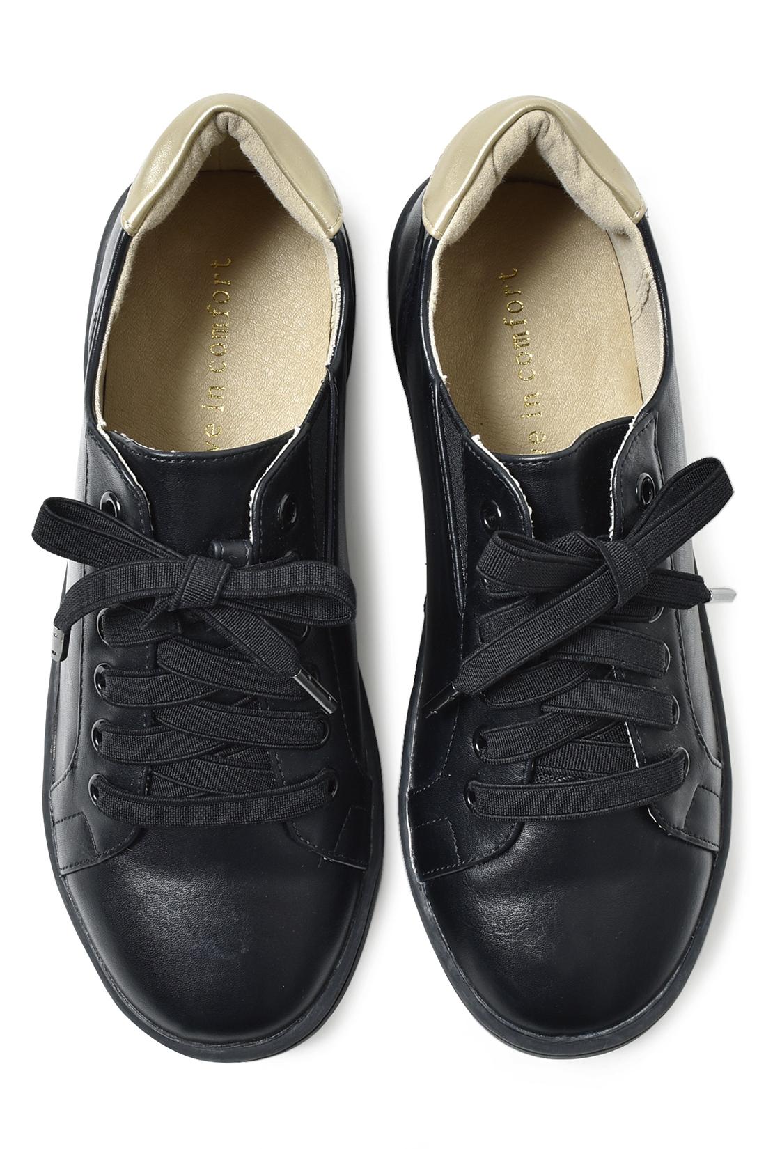 足もとをキリリと引き締める〈ブラック〉 ふかふかのかかとクッション&中敷きでやさしい歩き心地をキープ。同色のはとめやかかとのゴールドの配色など、大人っぽいディティールにも注目。