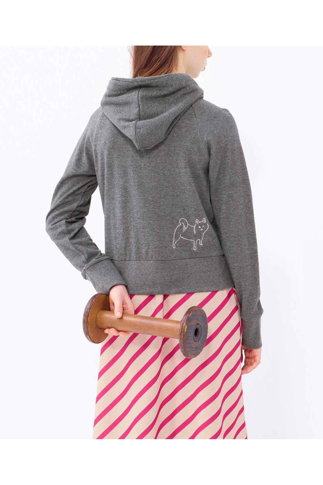 パーカーの背中にもわんこの刺しゅうが♪ ※着用イメージです。