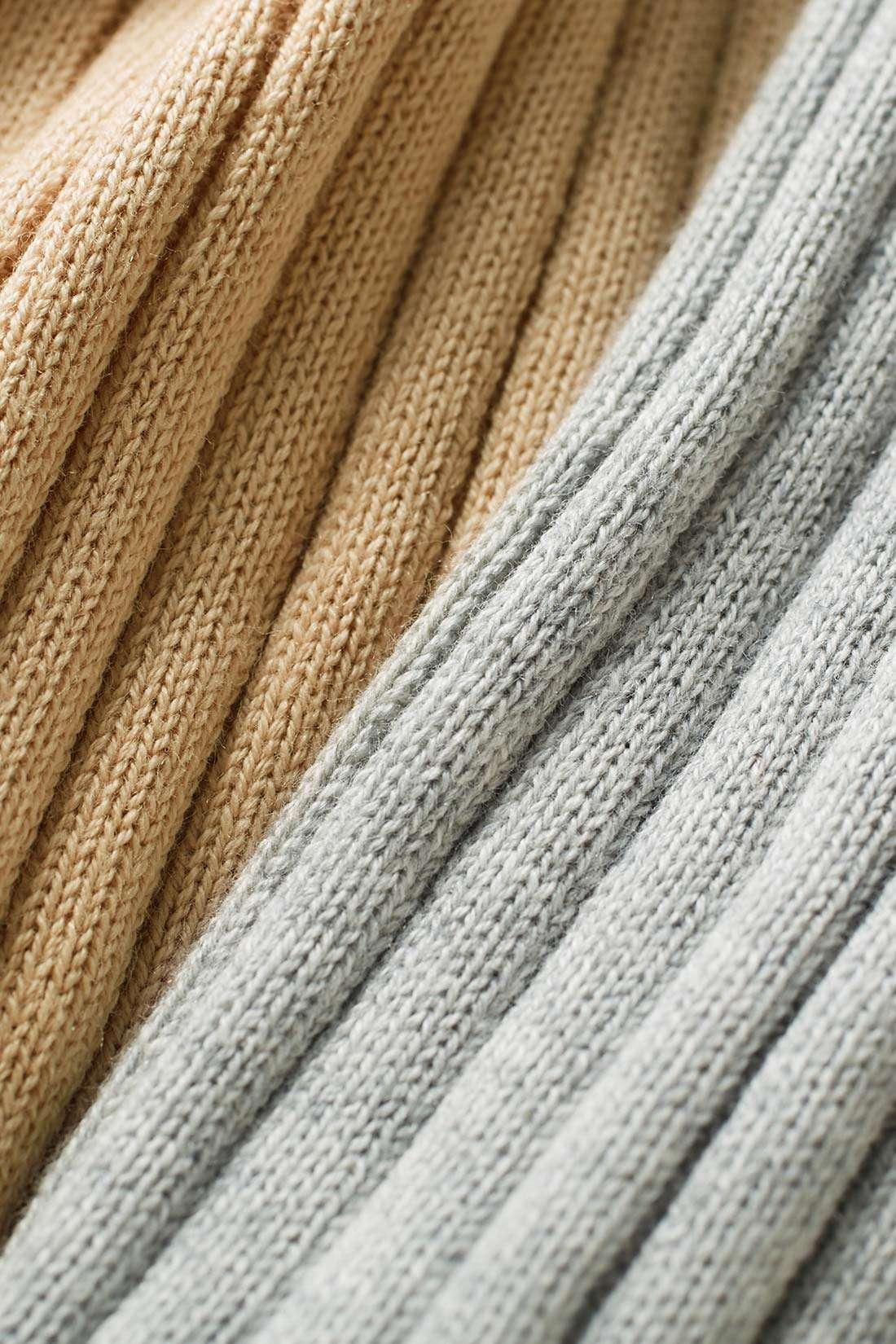 シルク15%のぜいたく素材。Tシャツ感覚で気持ちよく素肌にまとえるシルク混コットン。からだのラインを拾いすぎないワイドな縦リブで着こなしやすいのも魅力。 ※お届けするカラーとは異なります。