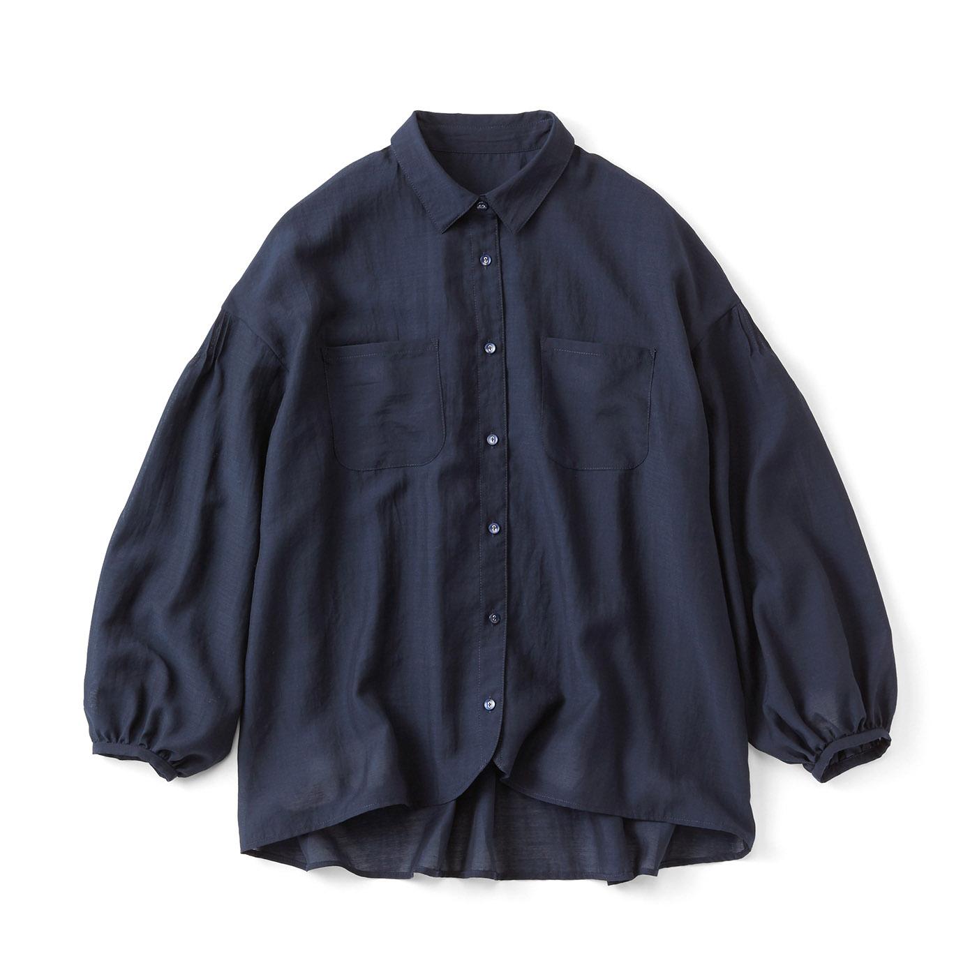 薄手素材のたっぷりシャツ〈ネイビー〉