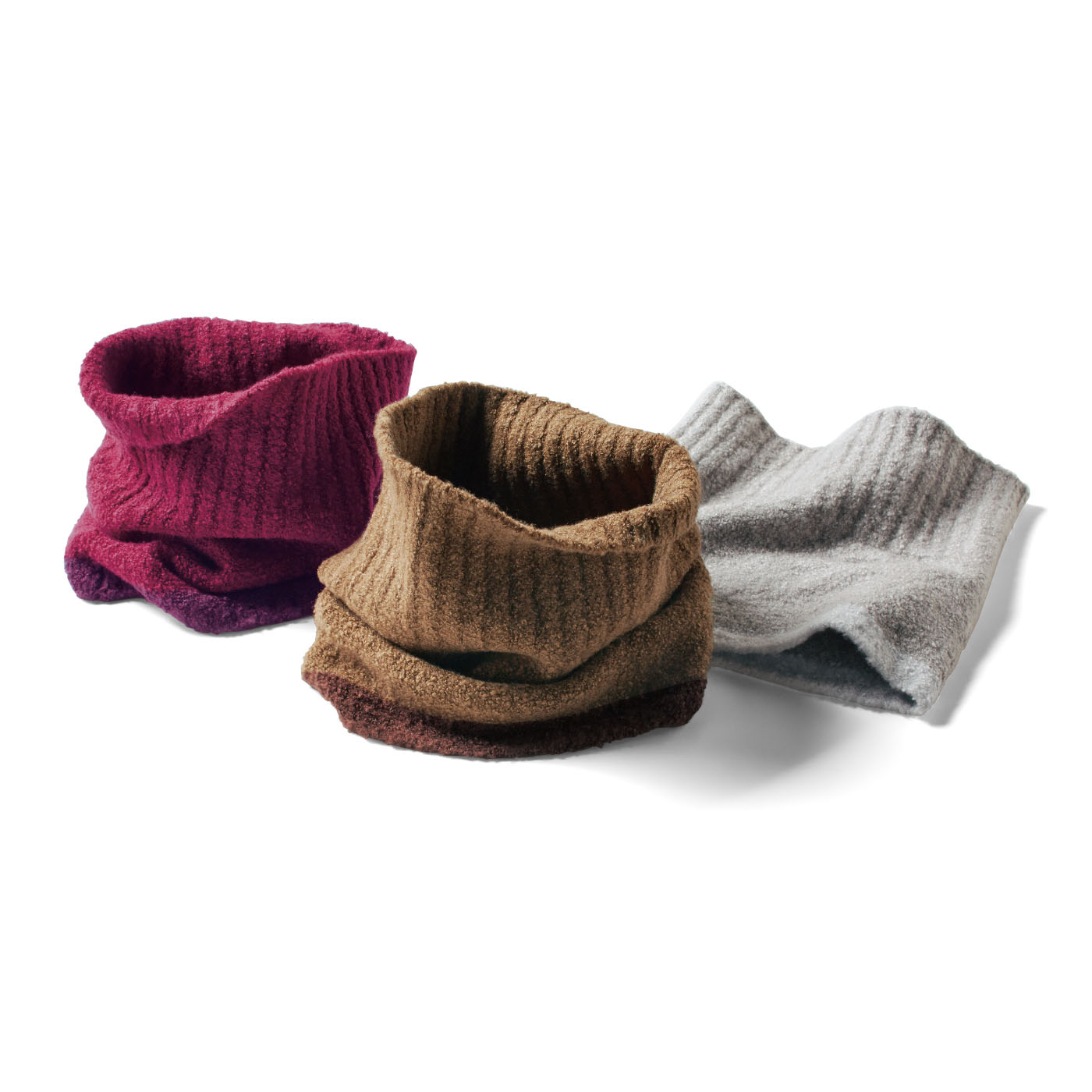 上部は首にやさしく沿うようリブ編みに。下部分は同系色のアクセントカラー。
