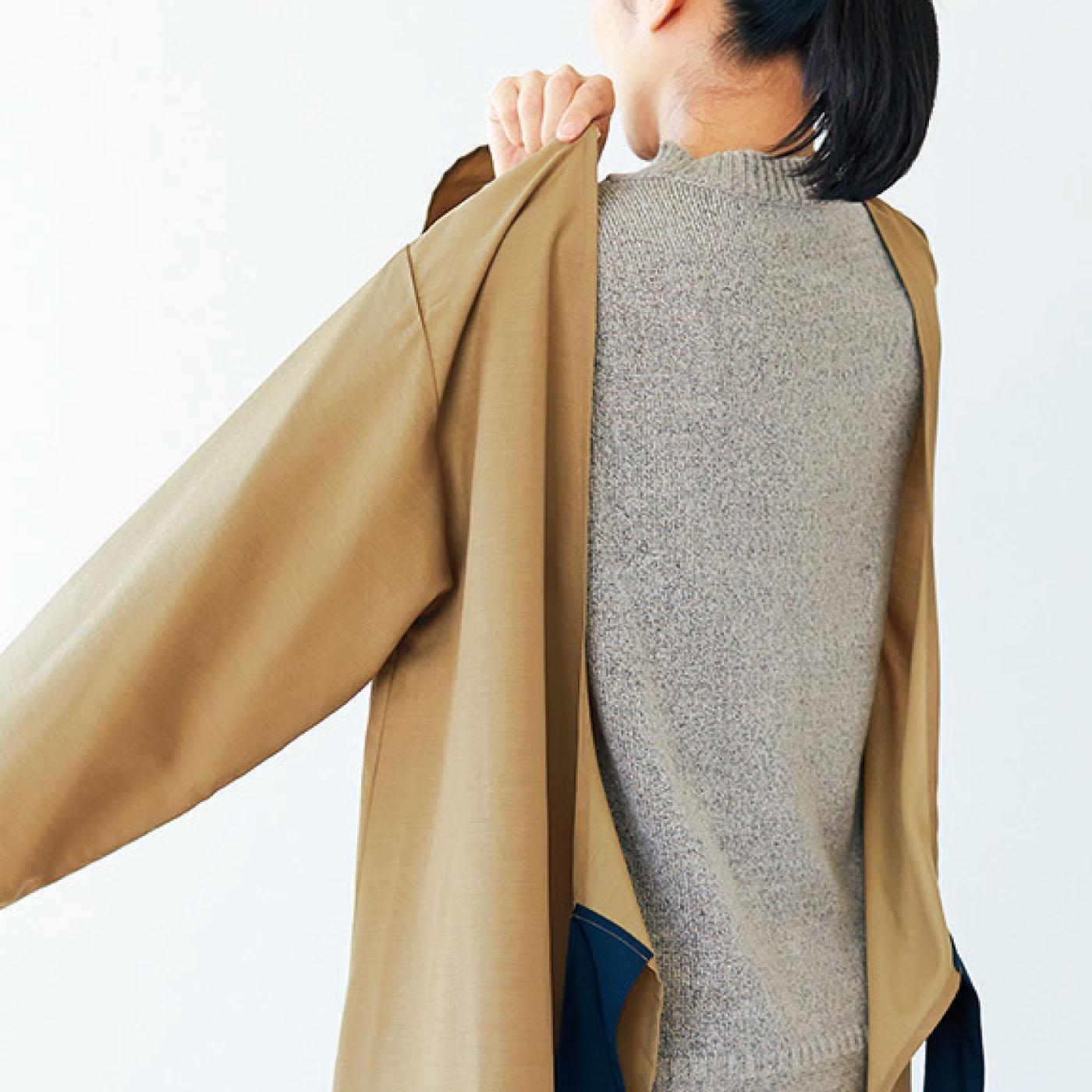 割烹着のように腕を通して着るだけなので、中に着るものを選ばずらくに着脱ができるのもうれしいポイント。