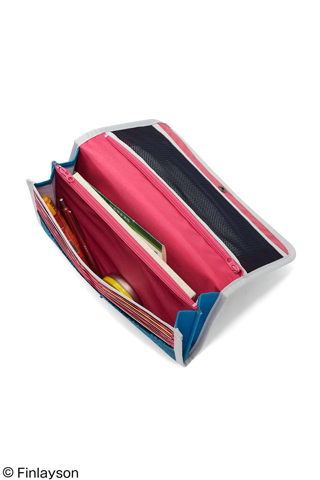 母子手帳やお薬手帳、病院や薬局の領収書、通帳などもすっぽり 貴重品やお金を入れられるファスナーポケット
