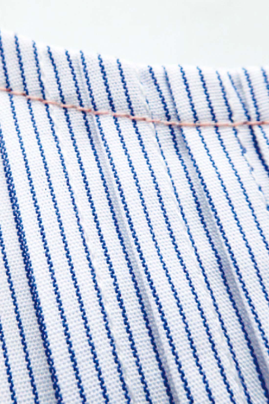 衿もと、すそ、アームホールだけかわいい色の糸に。