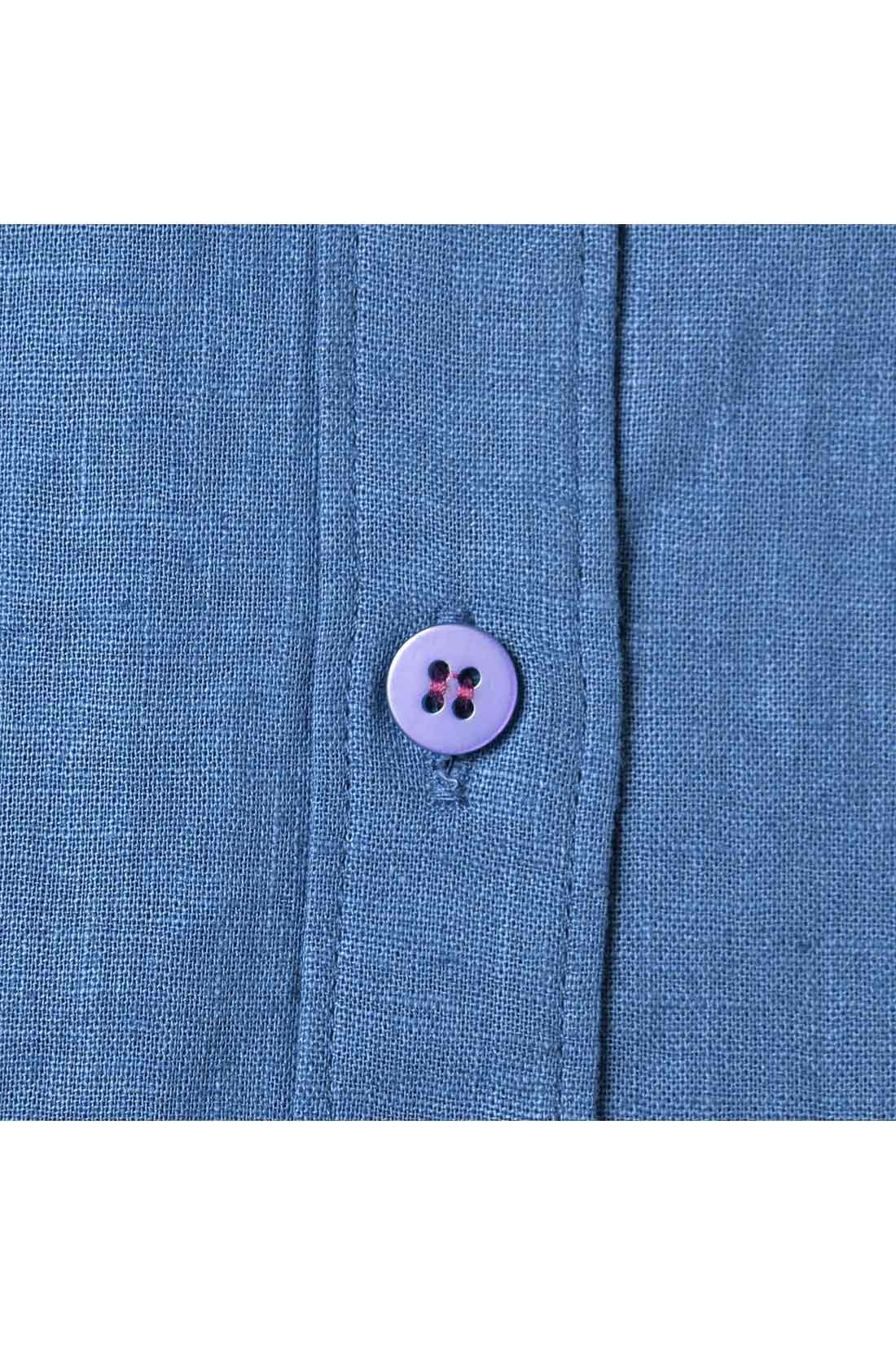 ボタンの留め糸は、こっそりかわいい色を使っています。