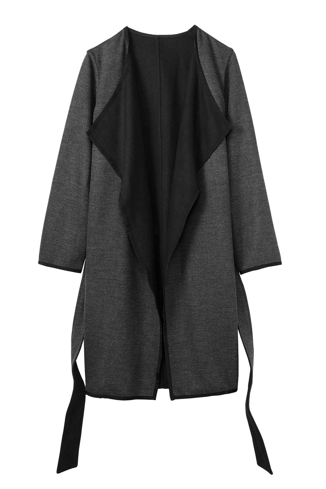 ダークグレイのバイアスストライプ柄を表にしてほどよく華やかに。衿のバイカラーがポイントになります。