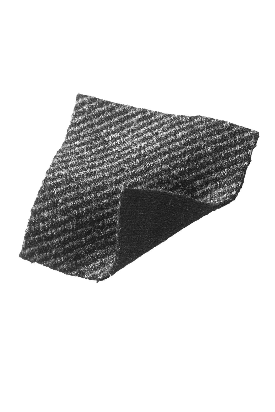 バイアスストライプ調×ブラックの無地で二つの表情を楽しめます。カットソーなので、長く楽しめるアイテムです。