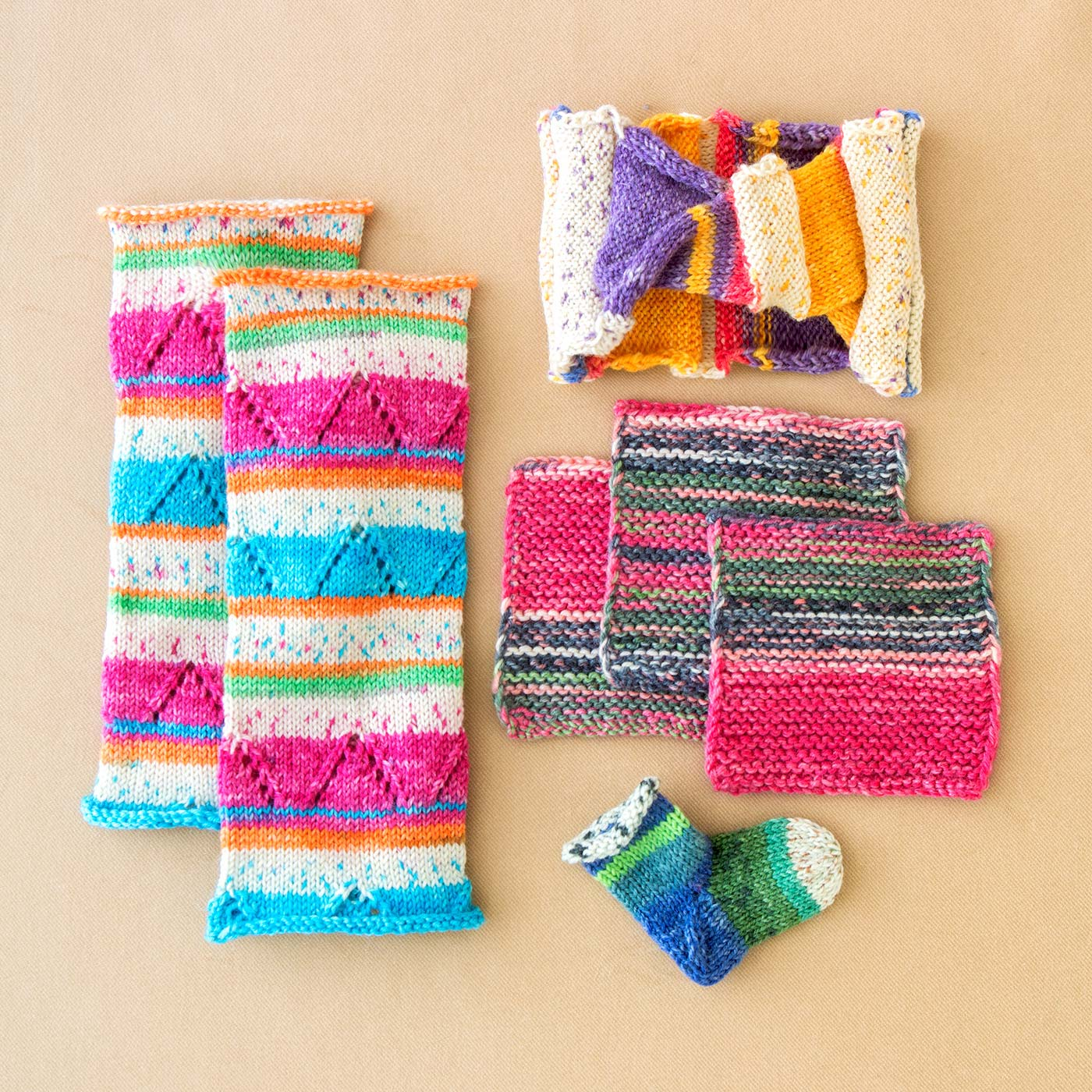 コースター、ヘアバンド、アームカバーなど、余った毛糸で編むおまけレシピつき。