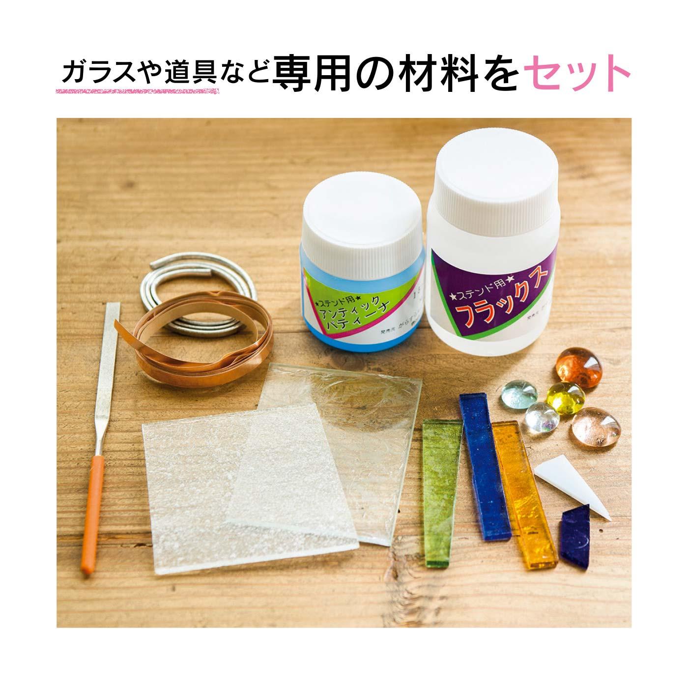カッパーテープ、はんだ、薬剤など本格的なステンドグラス専用の材料がそろいます。