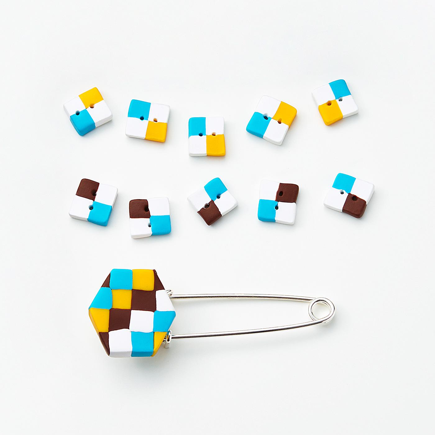初回は四角モチーフのデザインをお届けします。 四角モチーフのボタンとピンブローチ