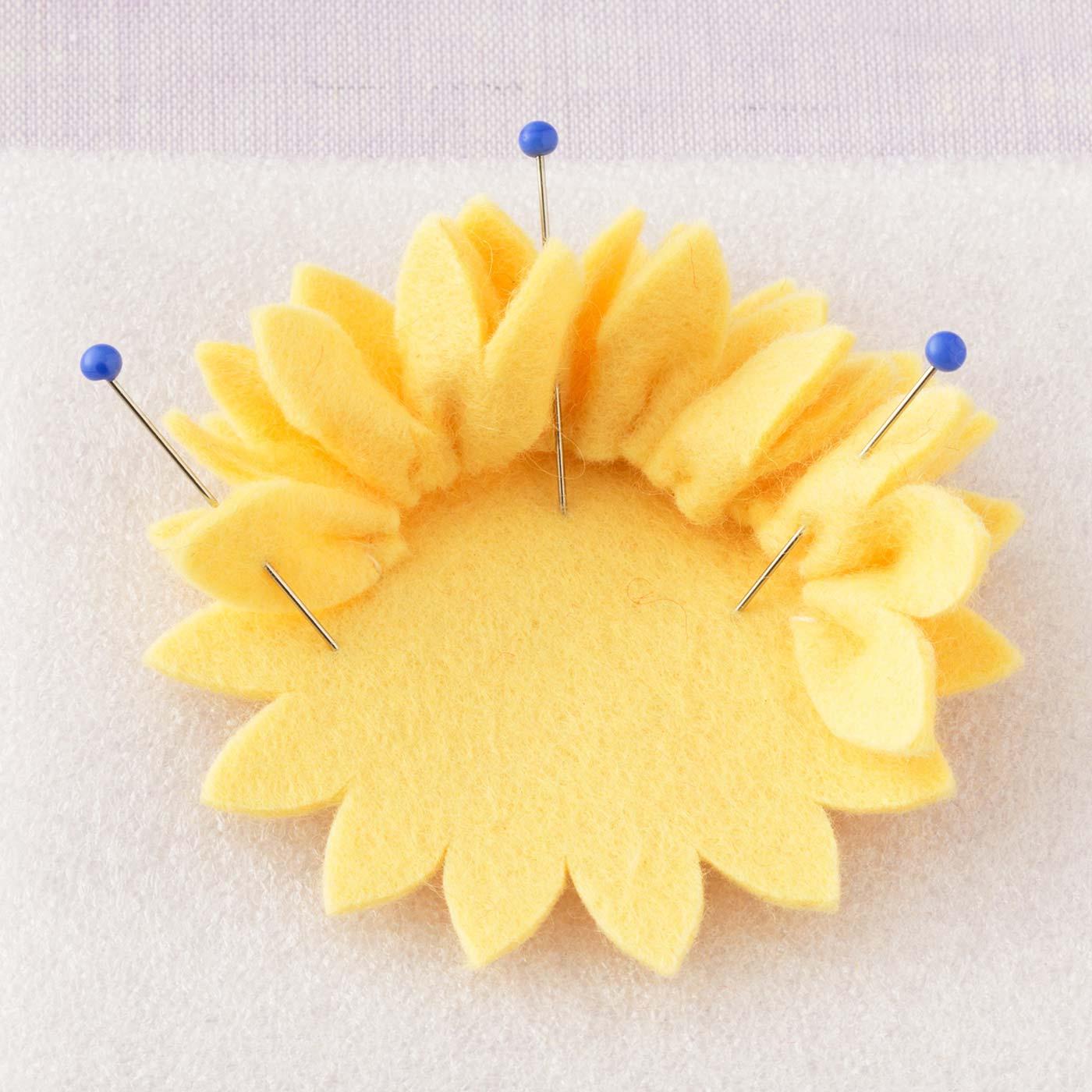 縫い縮めて貼る 連なった花びらの根もとを縫い縮めて、接着剤で貼り合わせます。