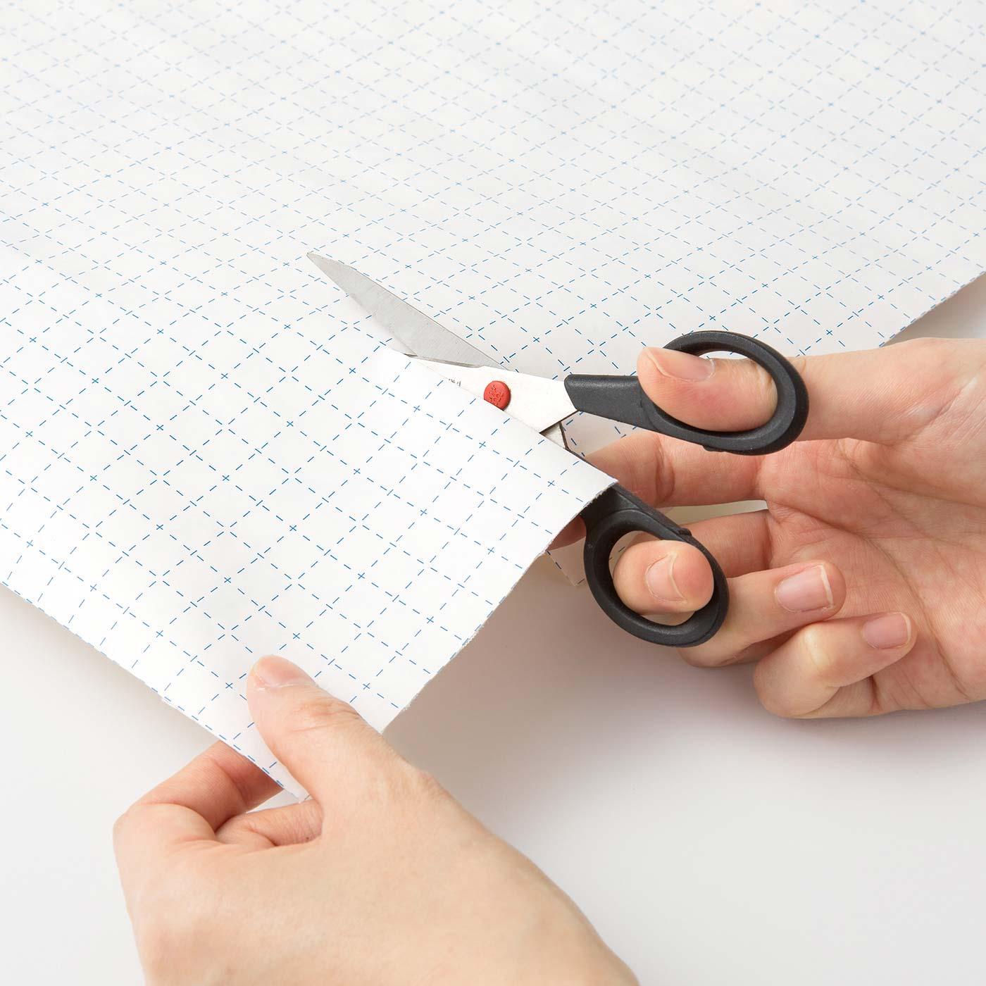 裏面の台紙はガイド線入りで、好きなサイズで切りやすい。