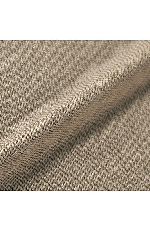とろみがあって肌ざわりのよい、薄手のポリエステル・レーヨン。