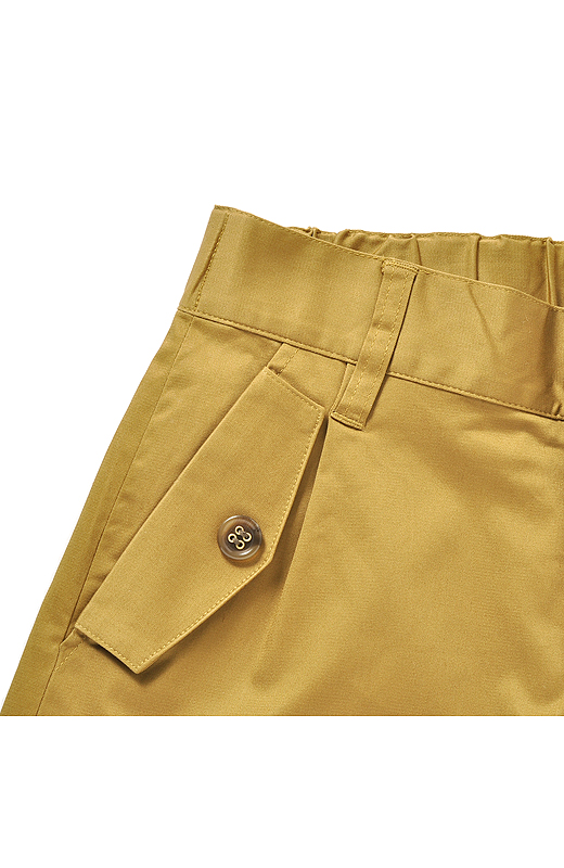 ベルト通しとデザインポケットを付けてきちんとした印象。