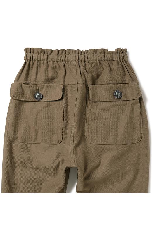 〈back〉大きめのフラップポケットで、おしりをまるっとカバー。ヨーク遣いでヒップアップ見えも。
