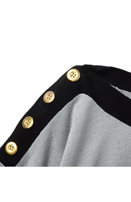 肩に並んだゴールド調ボタンがアクセント。