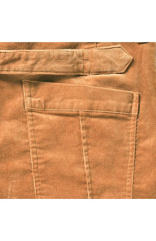大きめポケットと飾りタブがヒップをカムフラージュ。