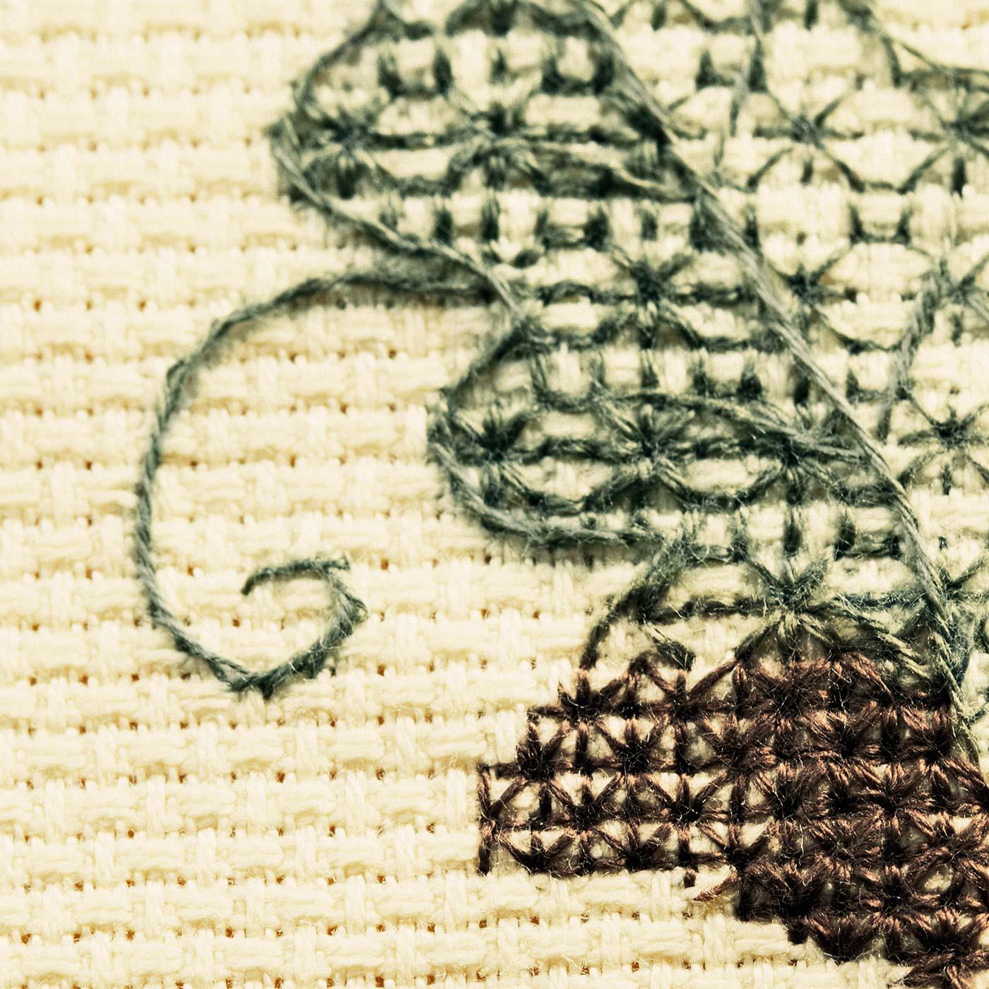 糸の本数で濃淡を表現するブラックワークならではの手法も楽しめます。